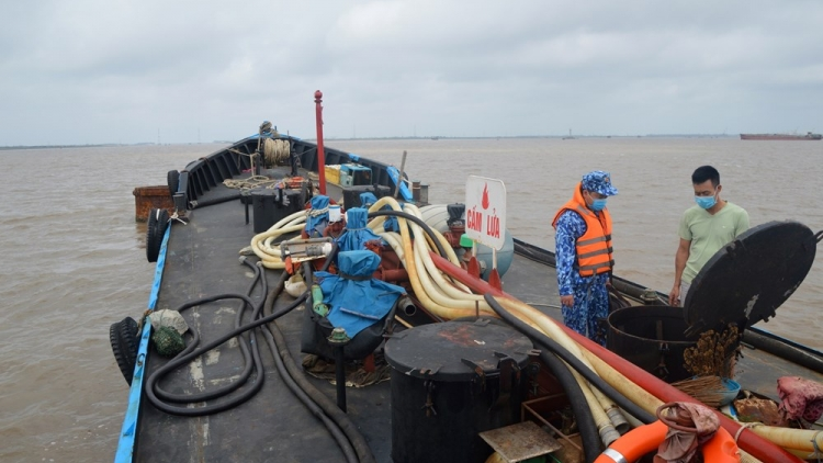 Bắt giữ tàu chở 25.000lít dầu DO lậu