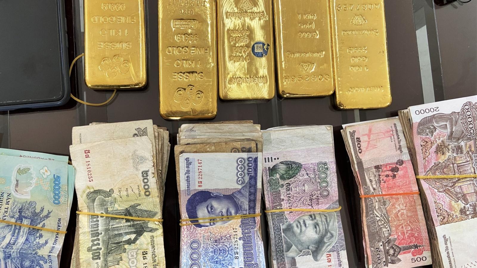 Bắt quả tang vụ vận chuyển trái phép 5kg kim loại nghi là vàng