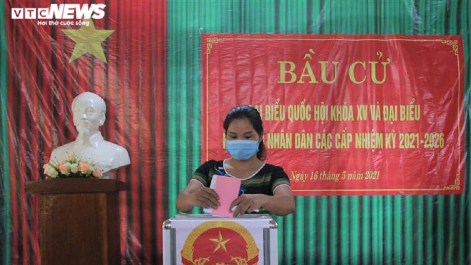 Ảnh: 6 xã biên giới ở Quảng Nam bầu cử sớm, cử tri giữ khoảng cách phòng dịch