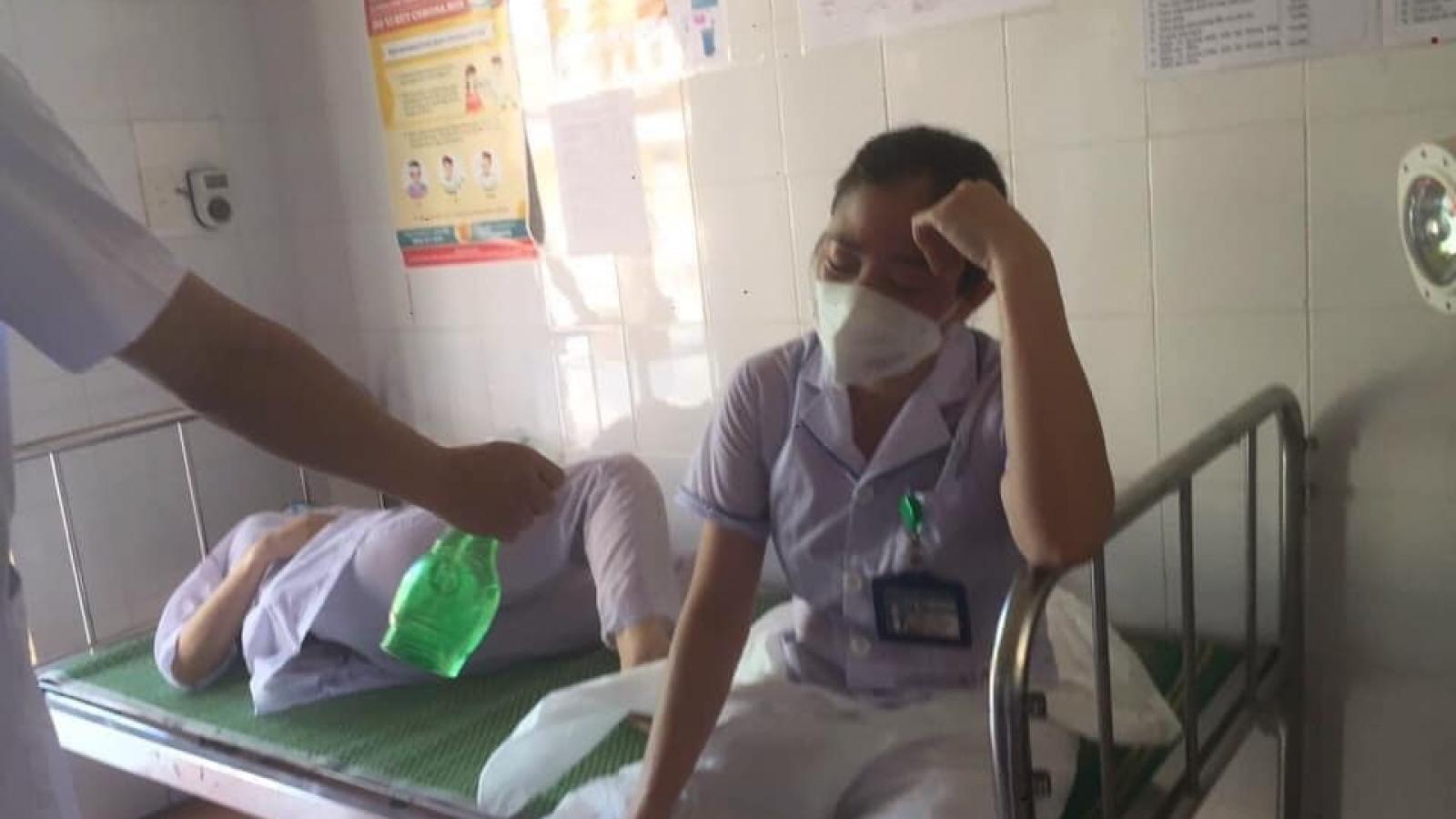 Ba nữ nhân viên y tế ở Thuận Thành kiệt sức đến ngất xỉu khi chống dịch Covid-19