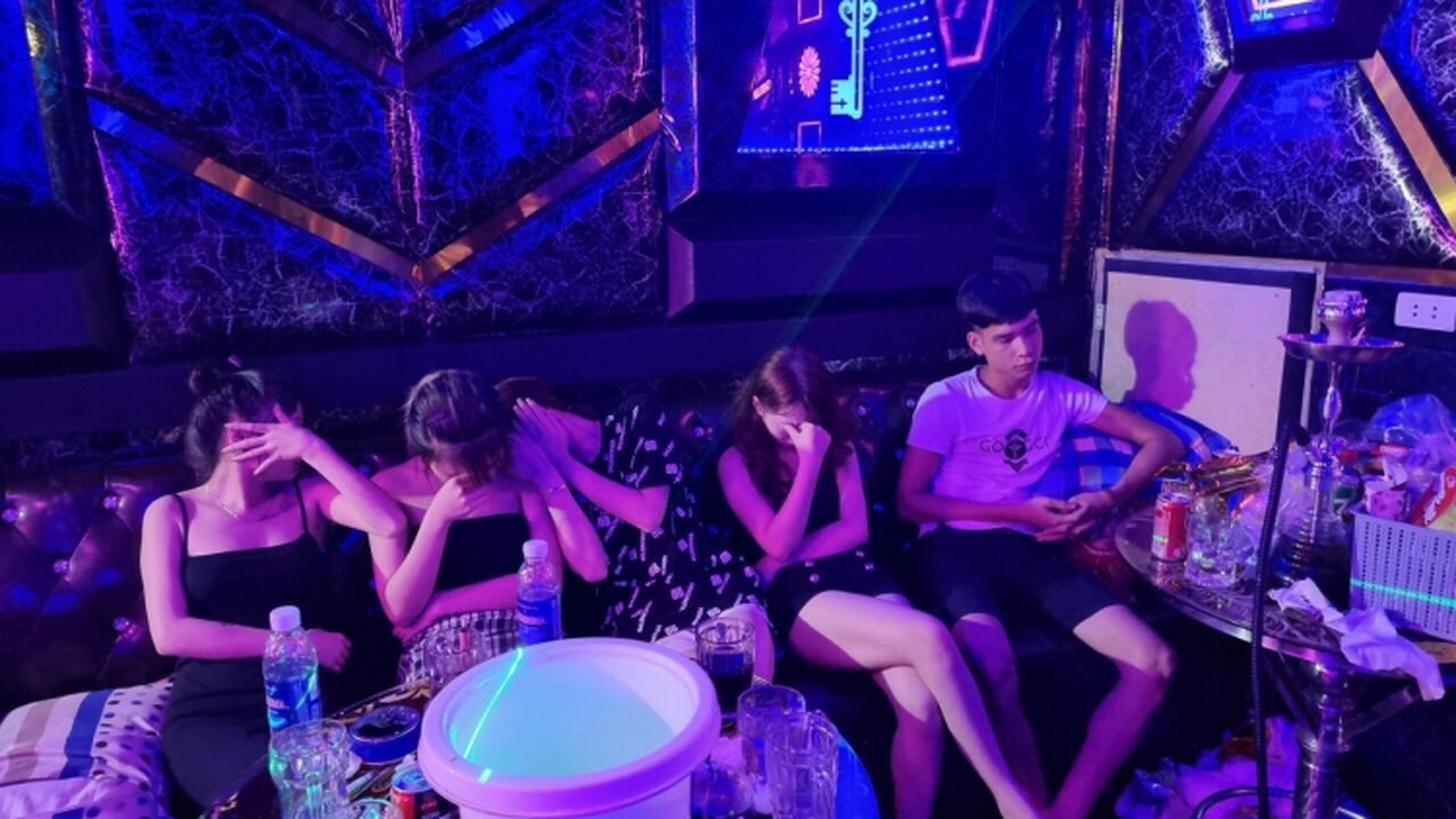 """Khởi tố chủ quán karaoke cho 33 thanh niên """"bay lắc"""" ở Quế Võ, Bắc Ninh"""