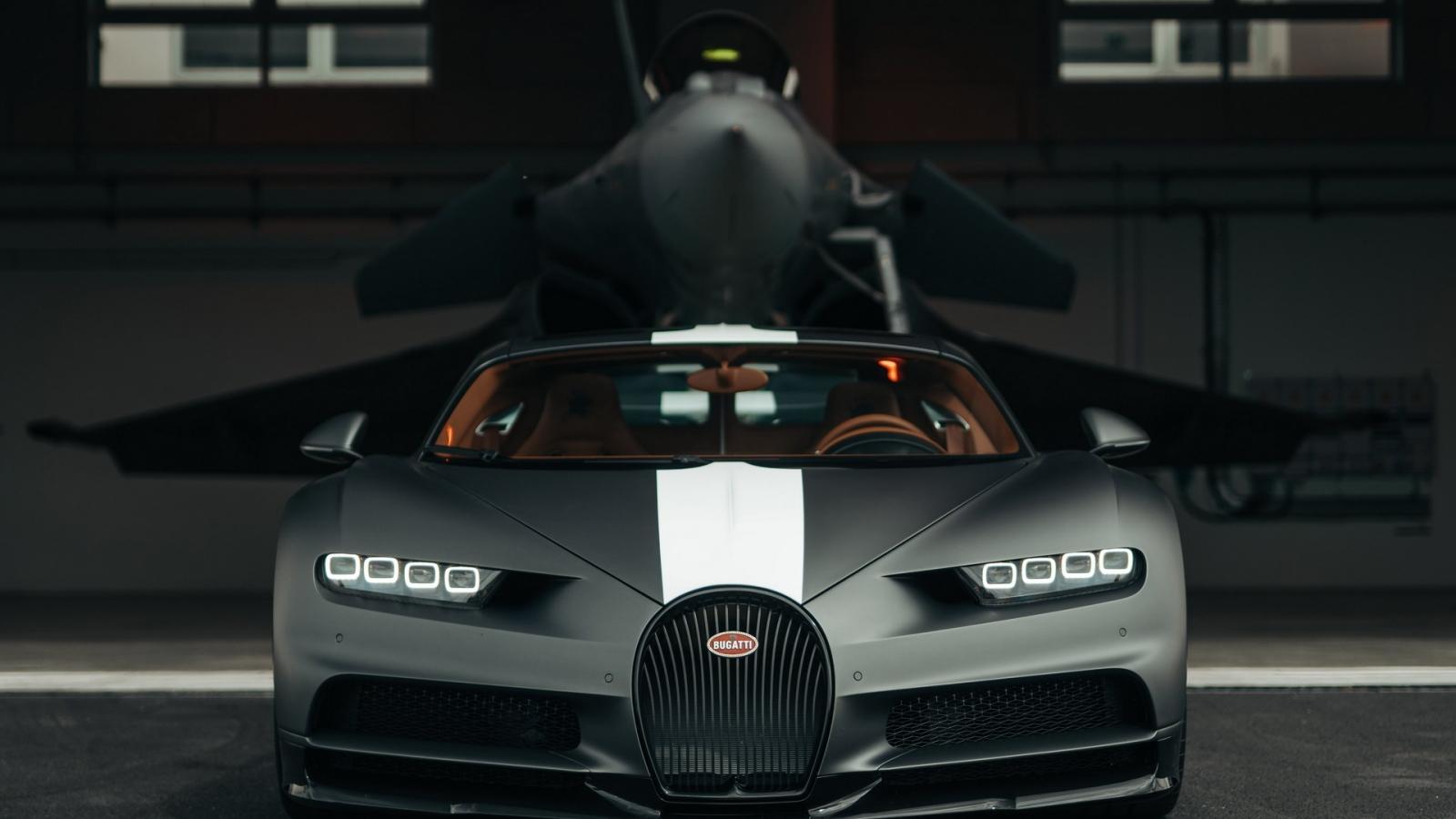 Bugatti Chiron Sport đua tốc độ cùng máy bay chiến đấu