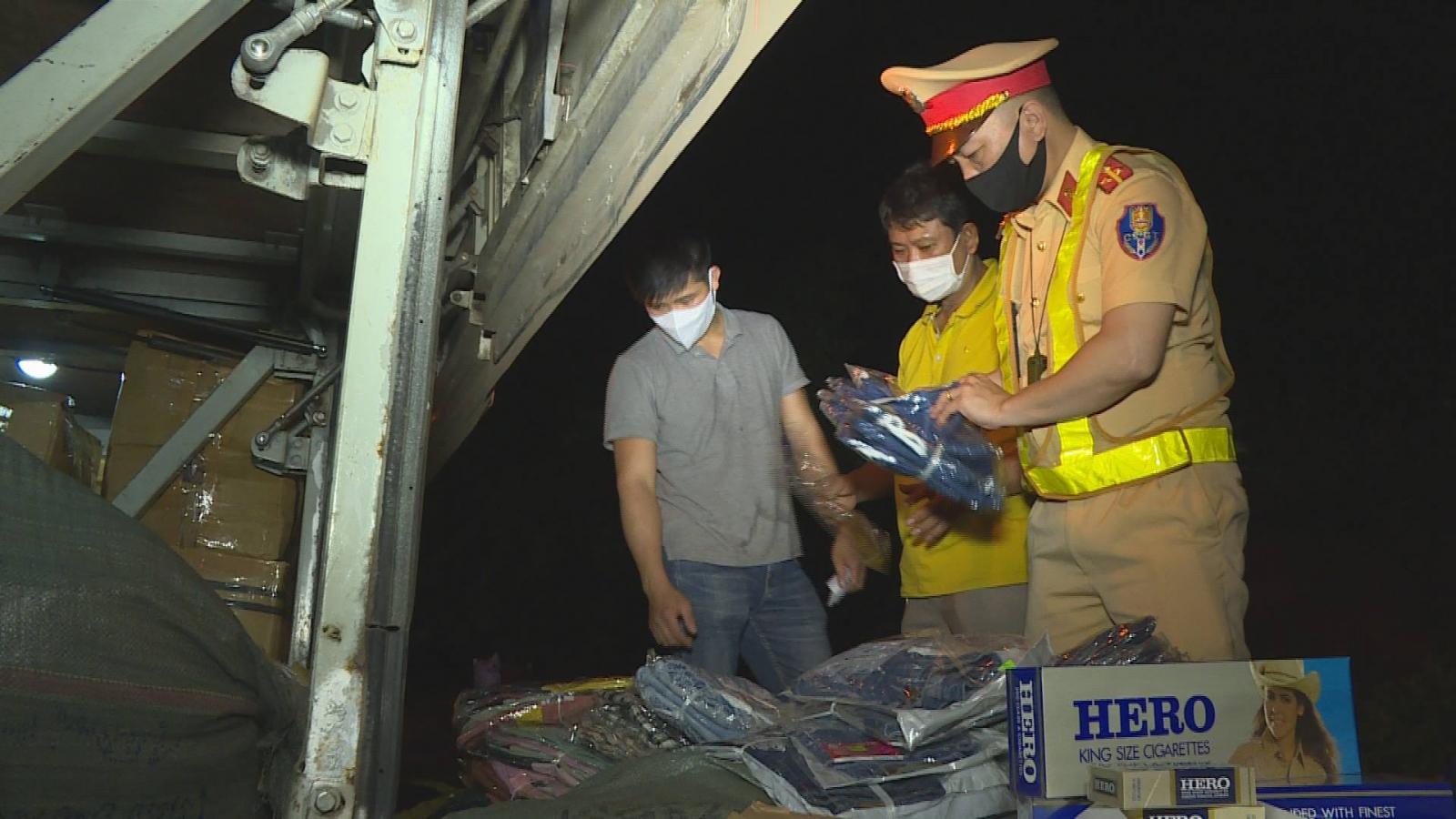 Vận chuyển gần 3 tạ quần áo mới và 1.200 bao thuốc lá lậu, tài xế bị xử lý