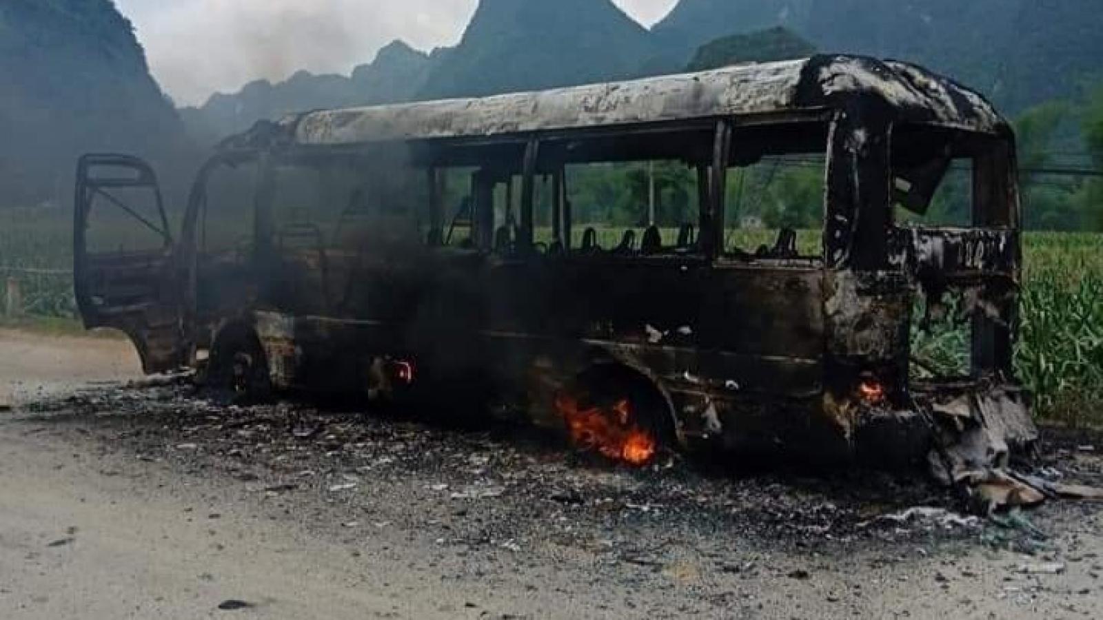 Xe bus bất ngờ cháy trơ khung tại Cao Bằng