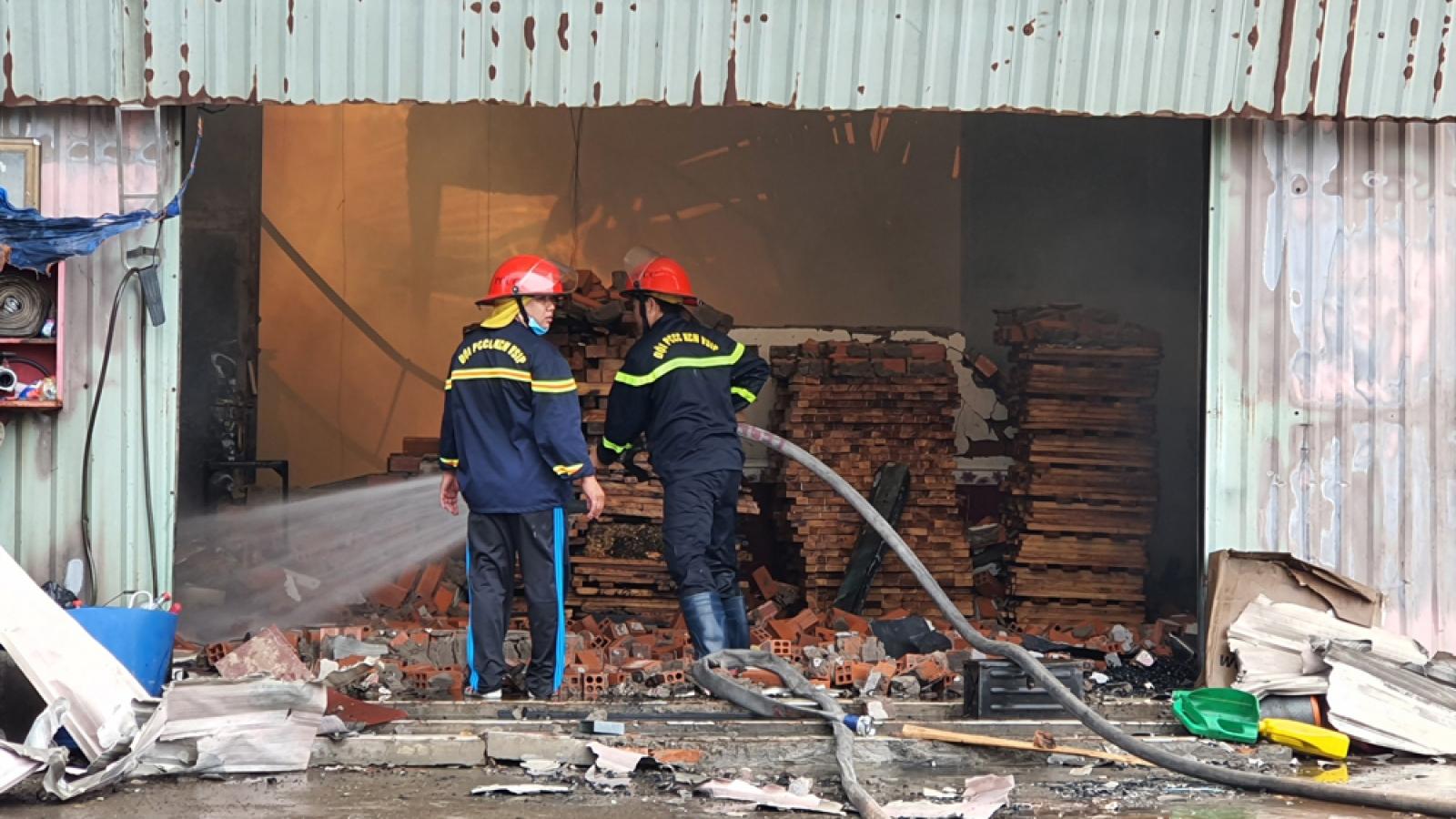 Cháy công ty sản xuất gỗ gần trường, sơ tán hàng ngàn học sinh ở Bình Dương