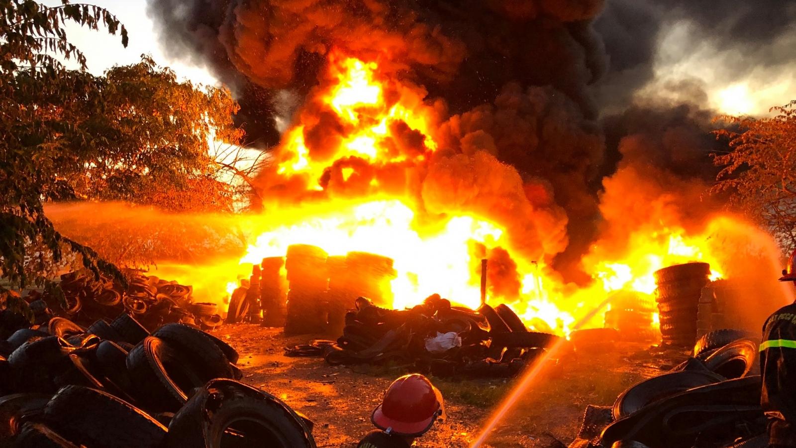Cháy kinh hoàng bãi tập kết lốp xe cũ ở Nghệ An