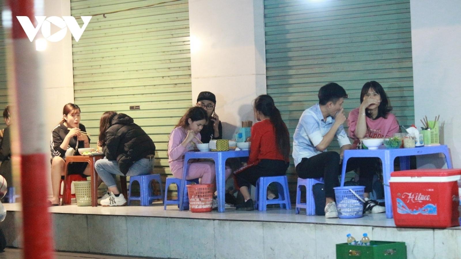 Từ 17h chiều 3/5, Hà Nội tạm dừng hoạt động đối với quán ăn đường phố, trà đá vỉa hè