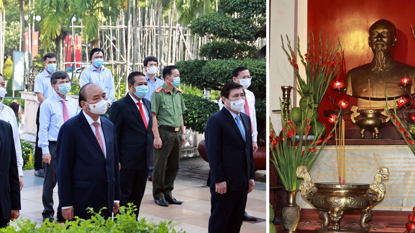 Chủ tịch nước dâng hương tưởng niệm Chủ tịch Hồ Chí Minh và các Anh hùng liệt sĩ
