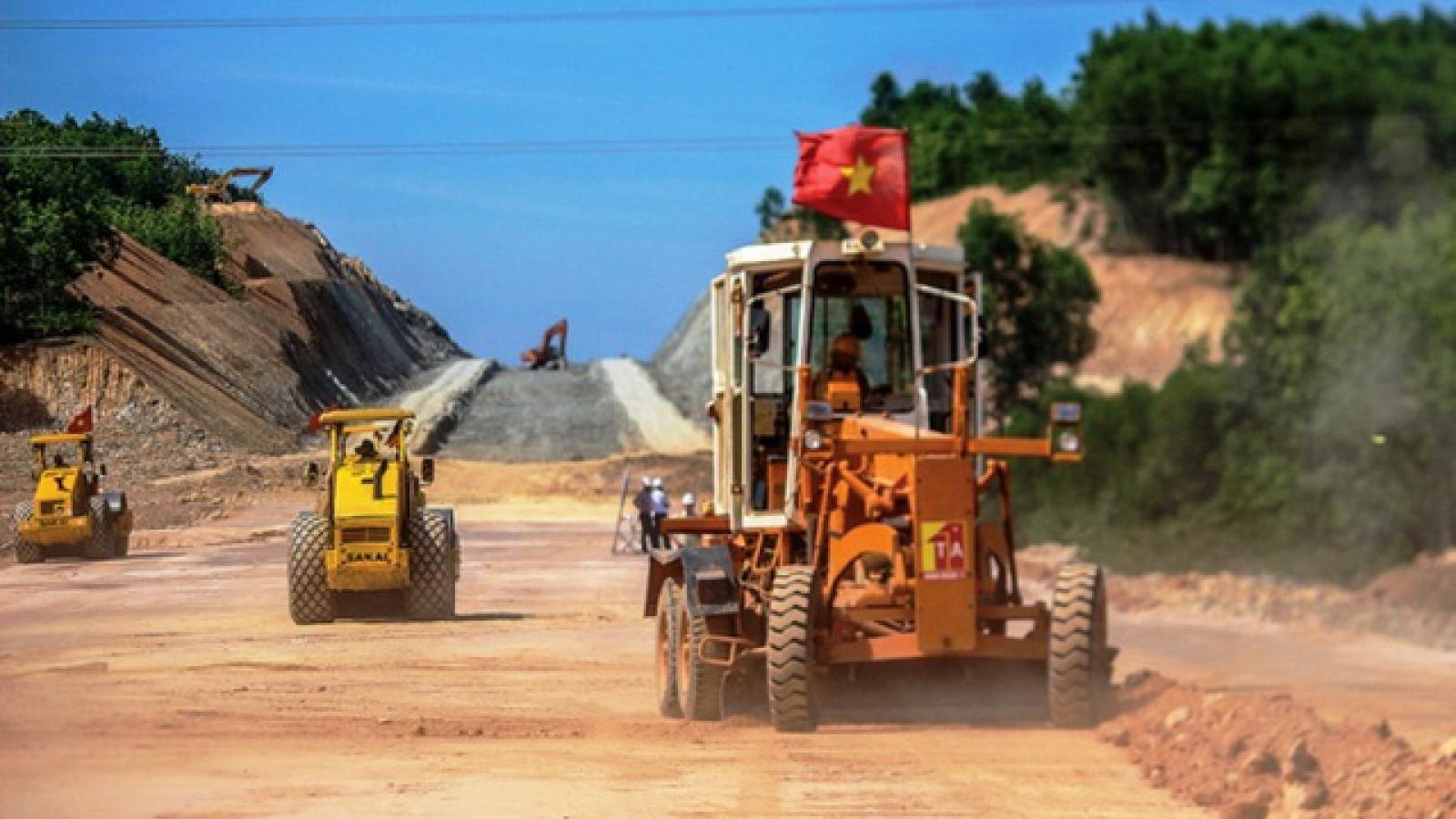 """Cao tốc Cam Lộ - La Sơn tiến độ """"rùa bò"""", nhiều nhà thầu bị xử lý"""
