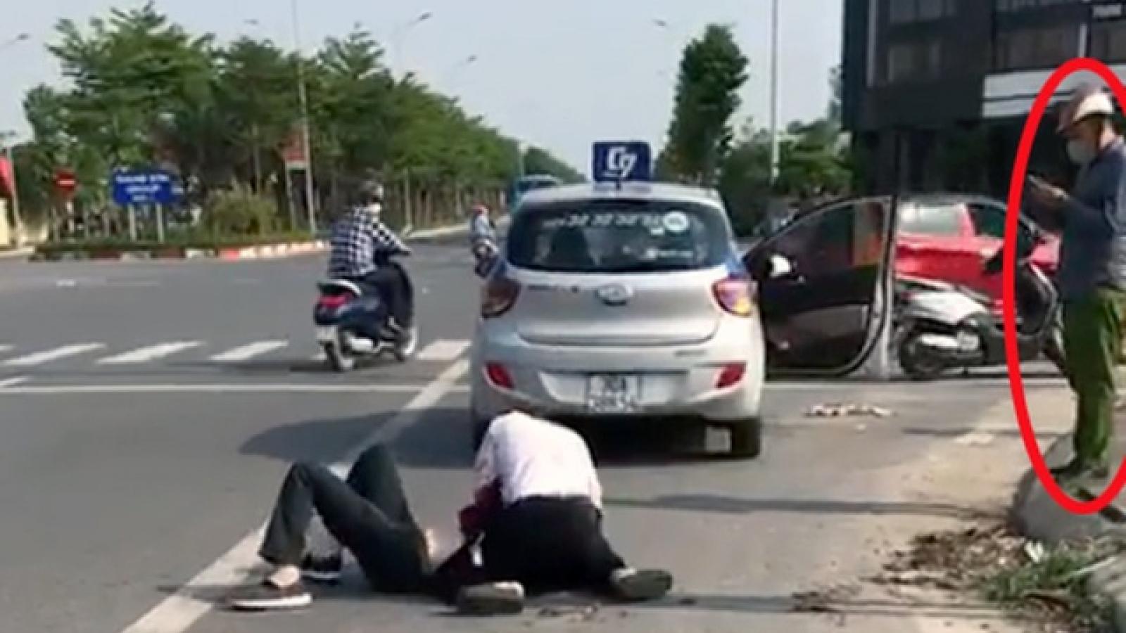 Xác minh clip người mặc cảnh phục thản nhiên nhìn tài xế vật lộn với tên cướp