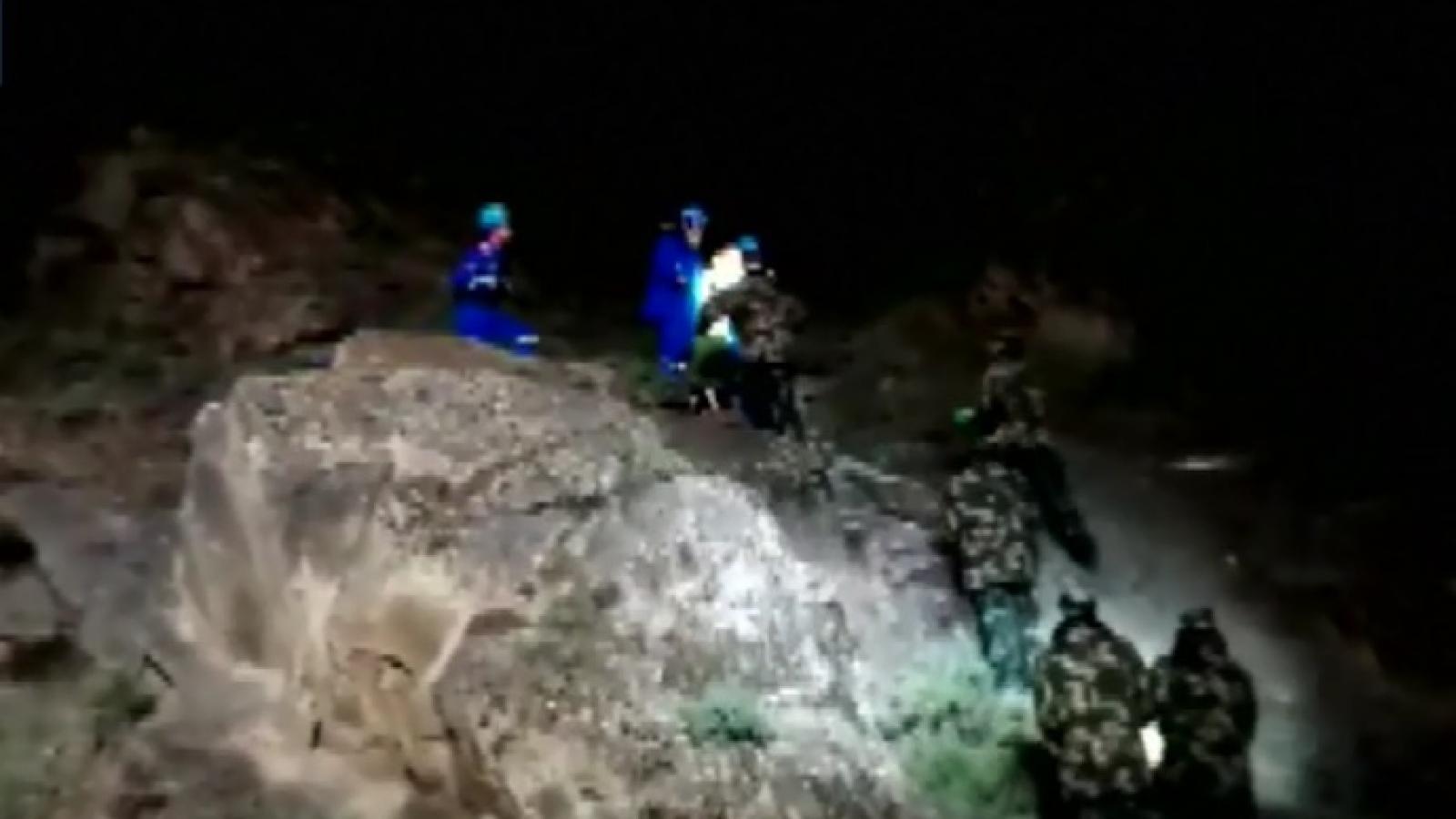 Trắng đêm tìm kiếm nạn nhân vụ chạy việt dã khiến 21 người chết ở Trung Quốc