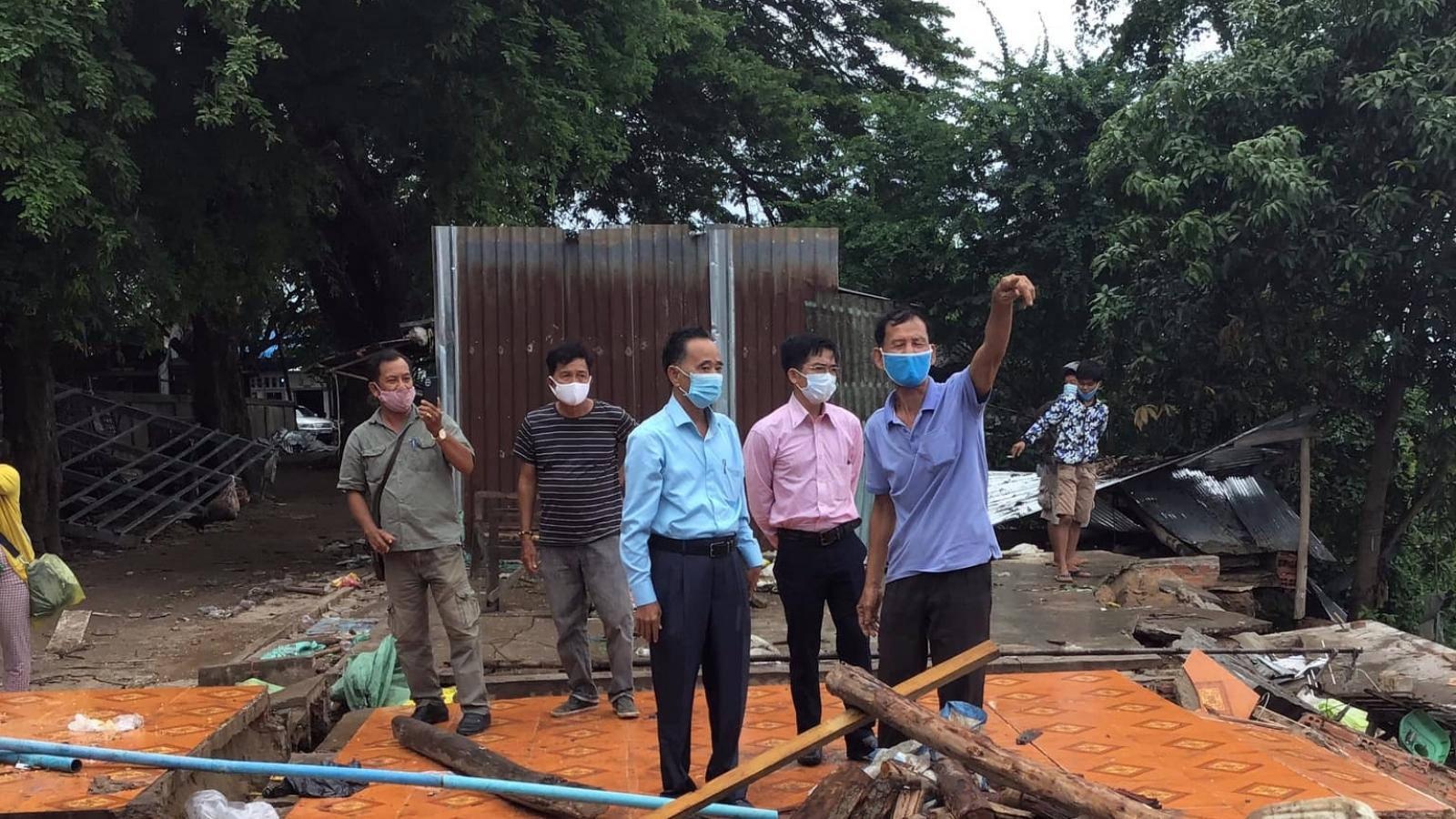 Hội Khmer -Việt Nam cứu trợ khẩn cấp các hộ dân bị mất nhà cửa do bị sạt lở đất