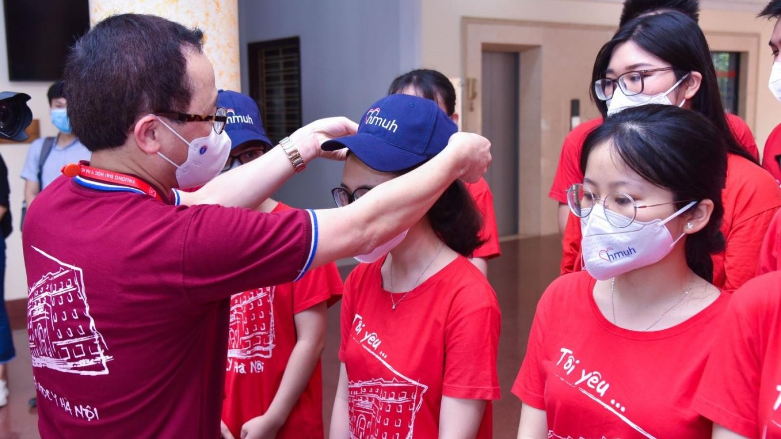 Hàng chục giảng viên, sinh viên ĐH Y Hà Nội lên đường chi viện Bắc Ninh chống dịch