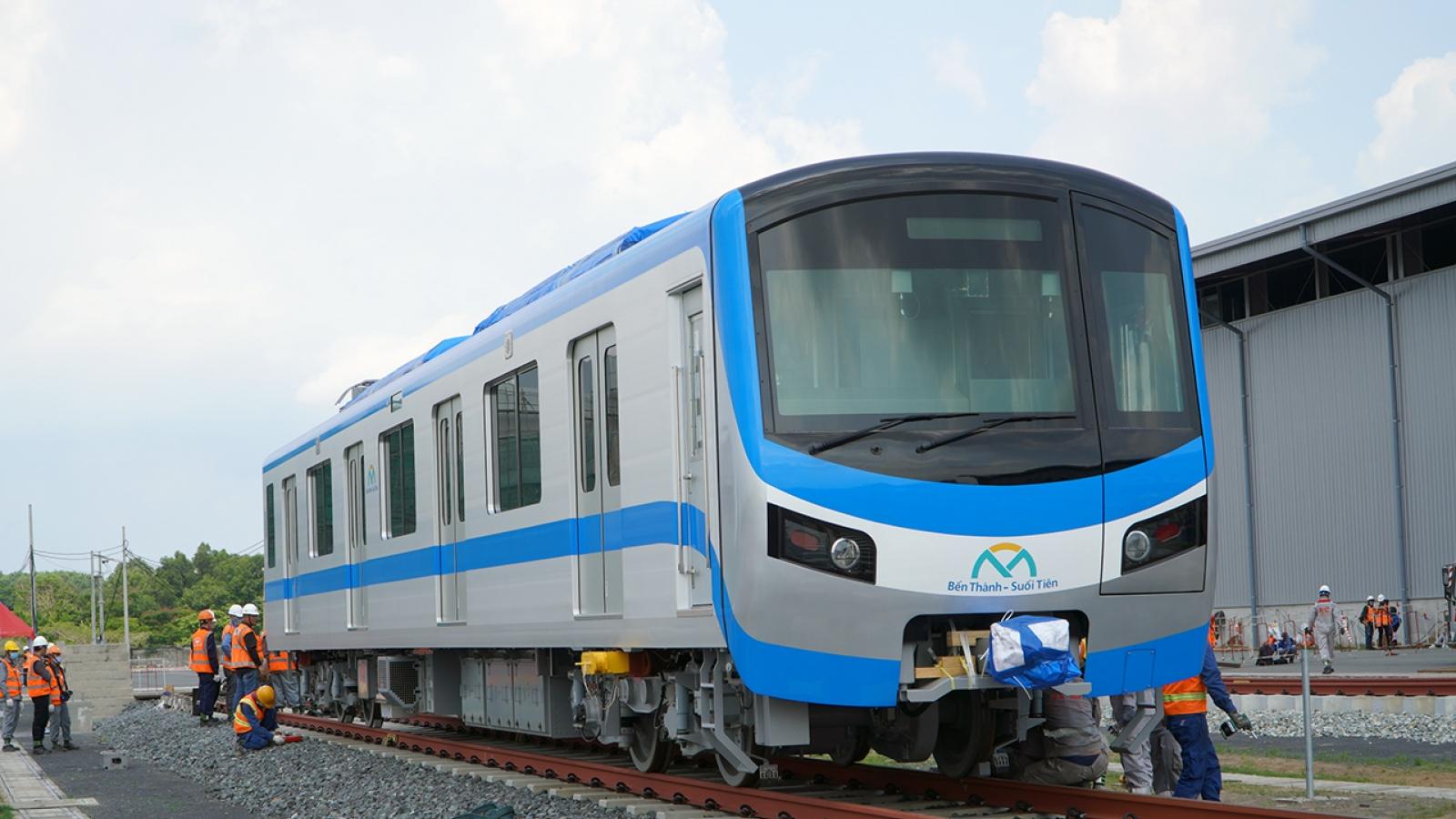 Đoàn tàu Metro 1 được lắp đặt lên đường ray tại depot Long Bình