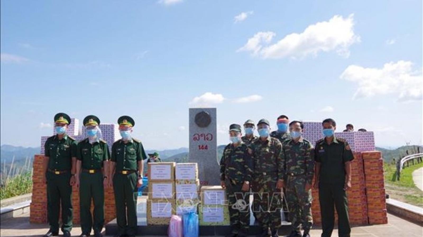 Dien Bien presents aid to armed forces of Lao provinces