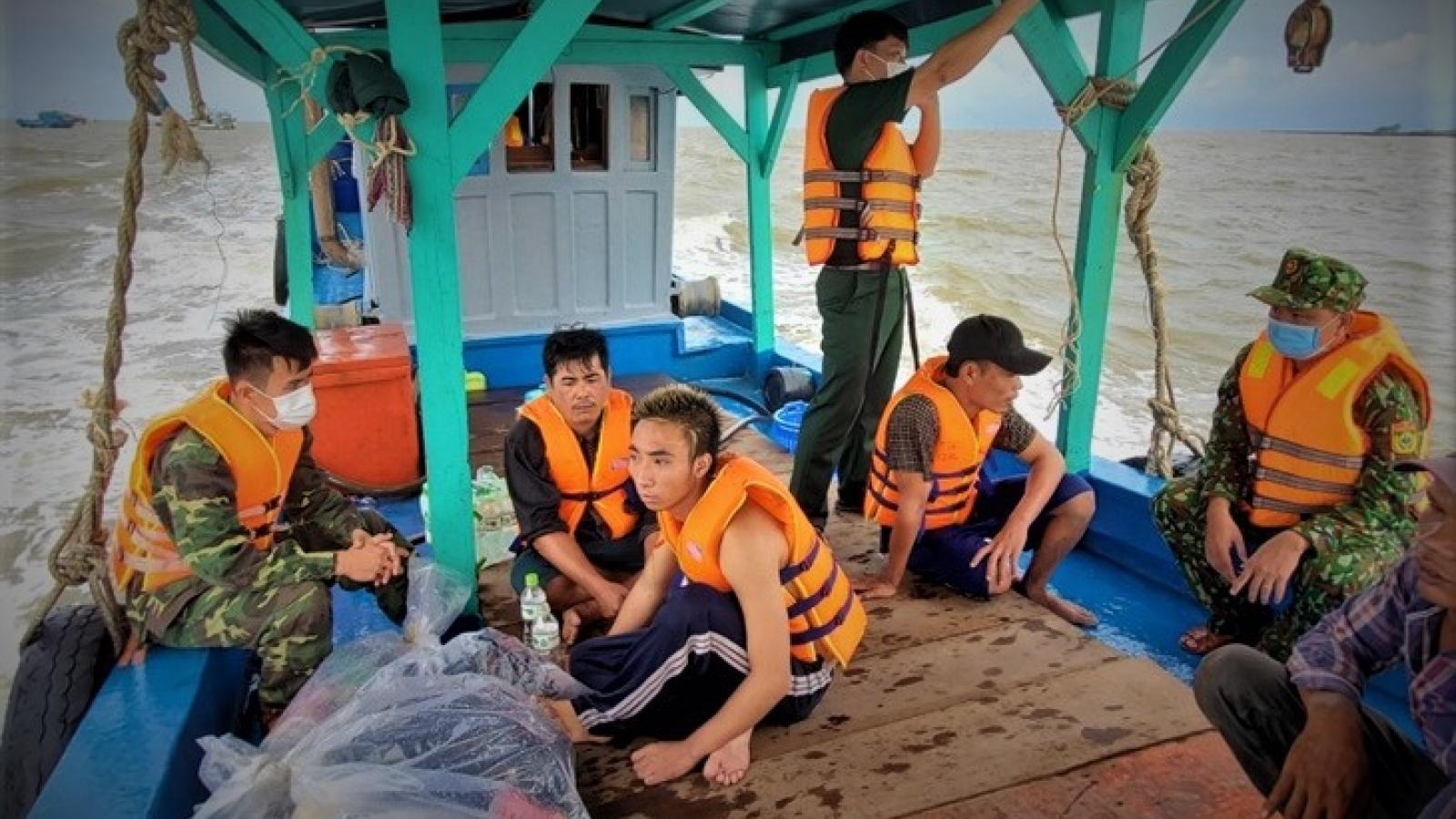 Cà Mau cứu 9 thuyền viên trôi dạt trên biển