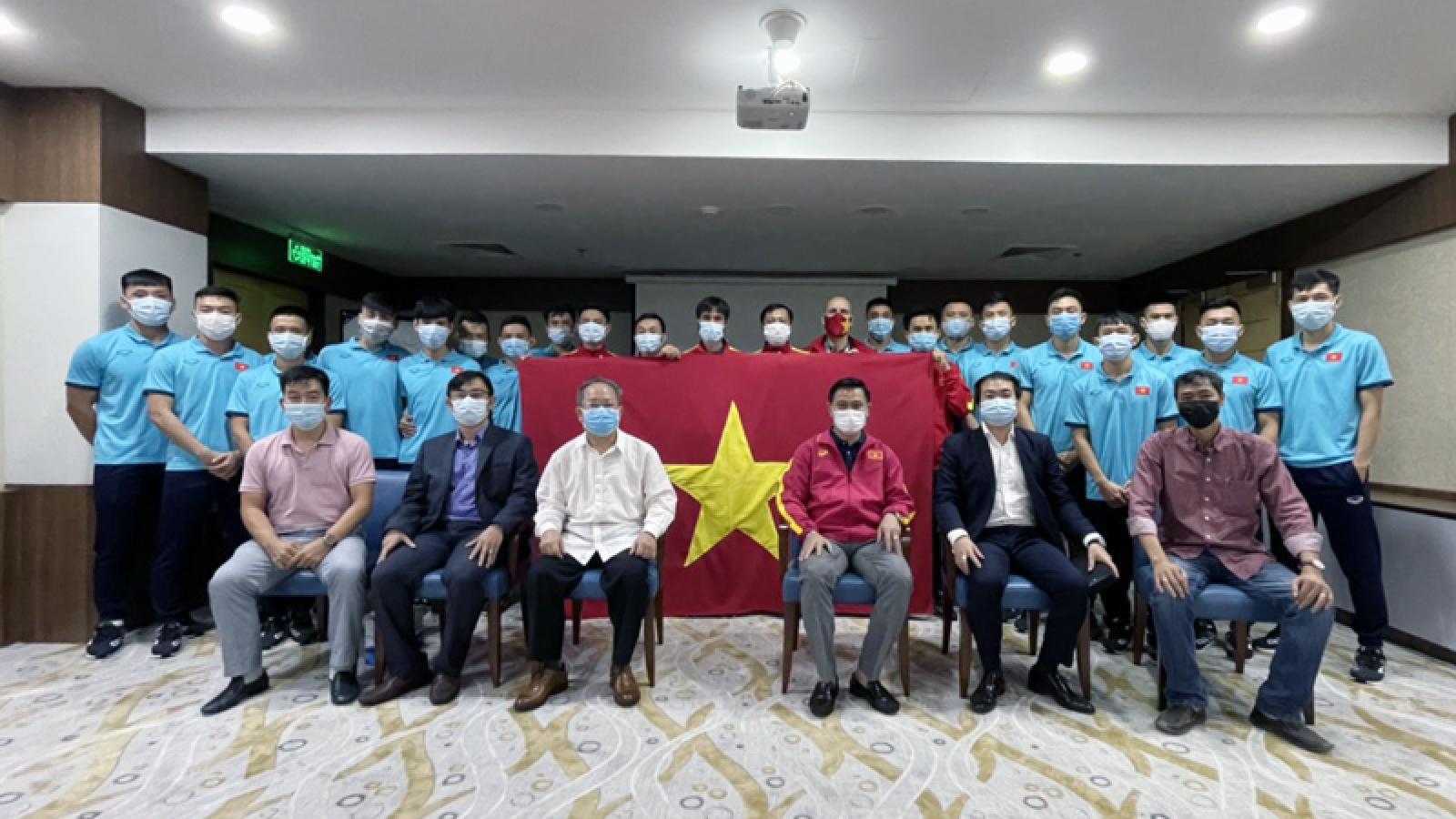 Lãnh đạo Đại sứ quán Việt Nam tại UAE tới thăm ĐT Futsal Việt Nam