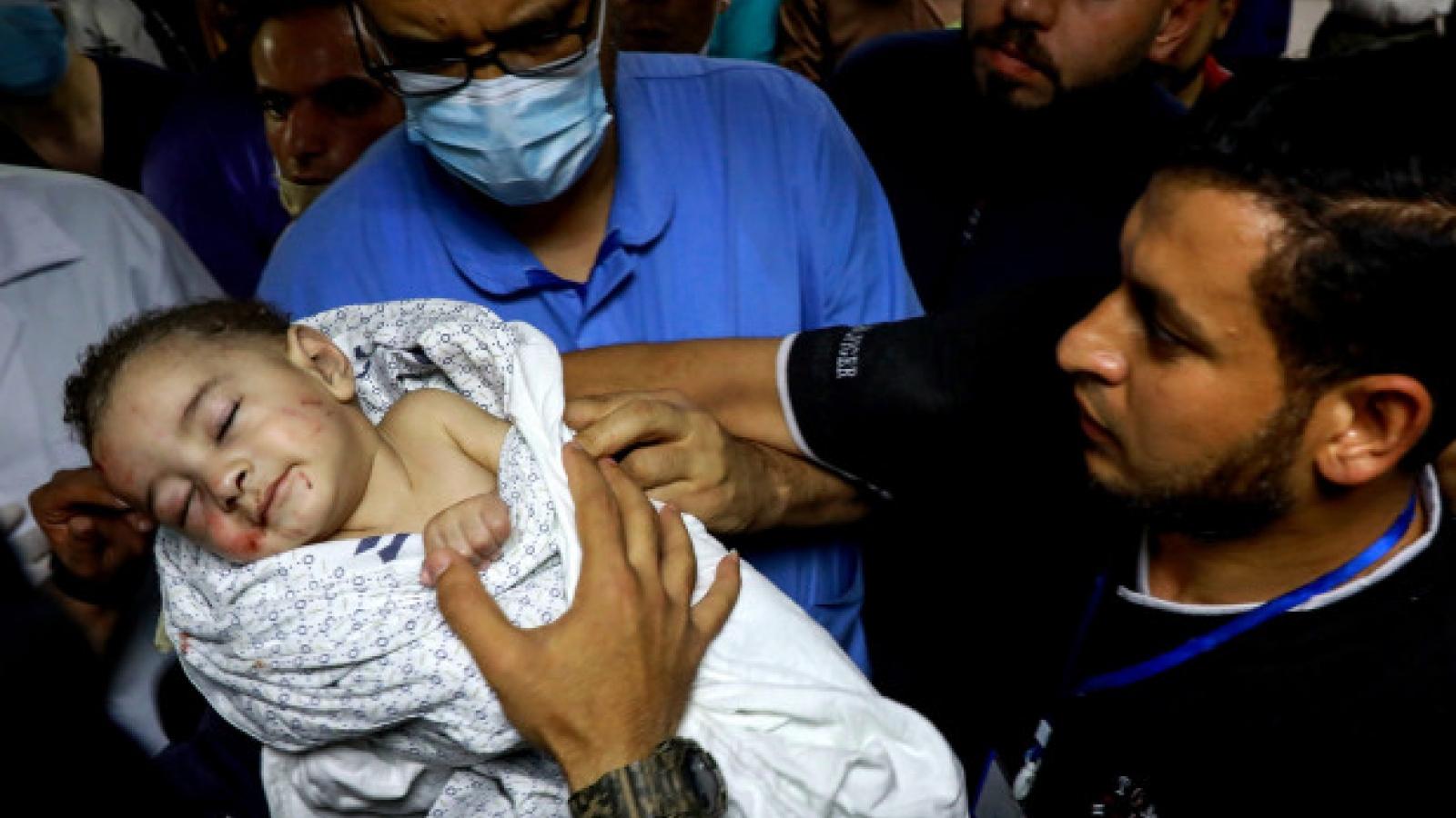 Ám ảnh em bé được cứu khỏi đống đổ nát sau cuộc không kích của Israel