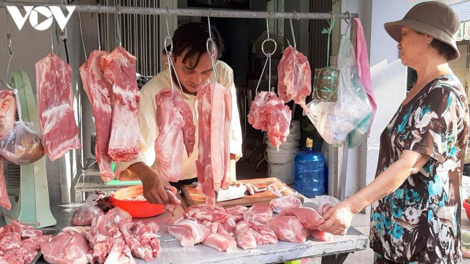 Giá lợn hơi giảm sâu, người tiêu dùng vẫn mua thịt lợn giá cao