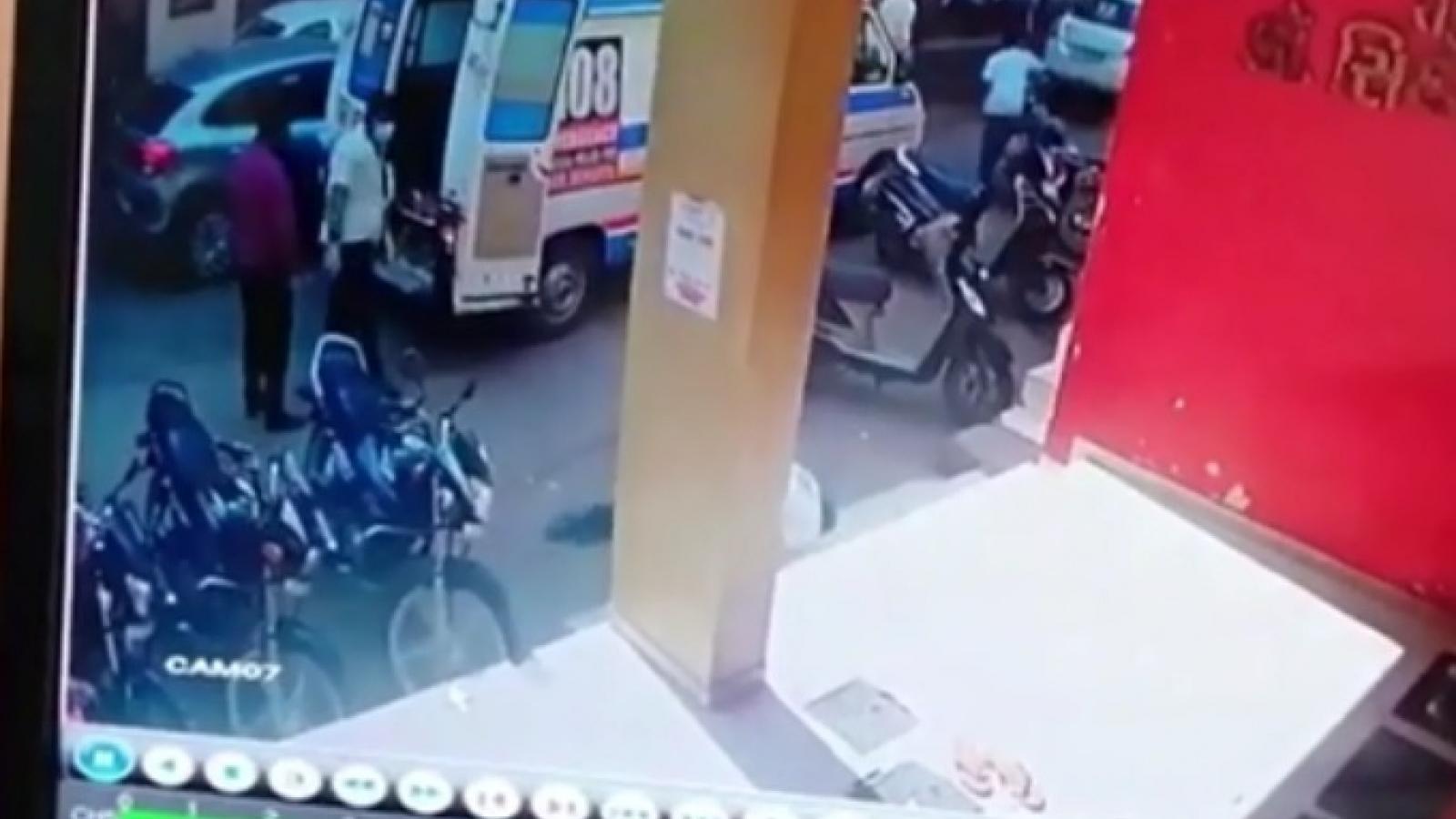 Nhân viên y tế Ấn Độ bị đau tim, ngã gục trong lúc vận chuyển bệnh nhân Covid-19