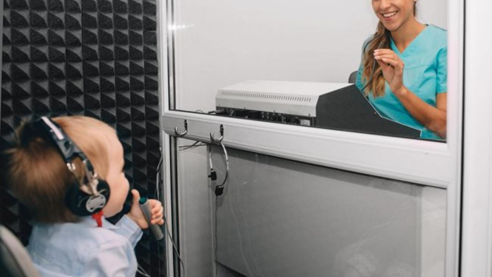Dấu hiệu khiếm thính ở trẻ sơ sinh và trẻ nhỏ