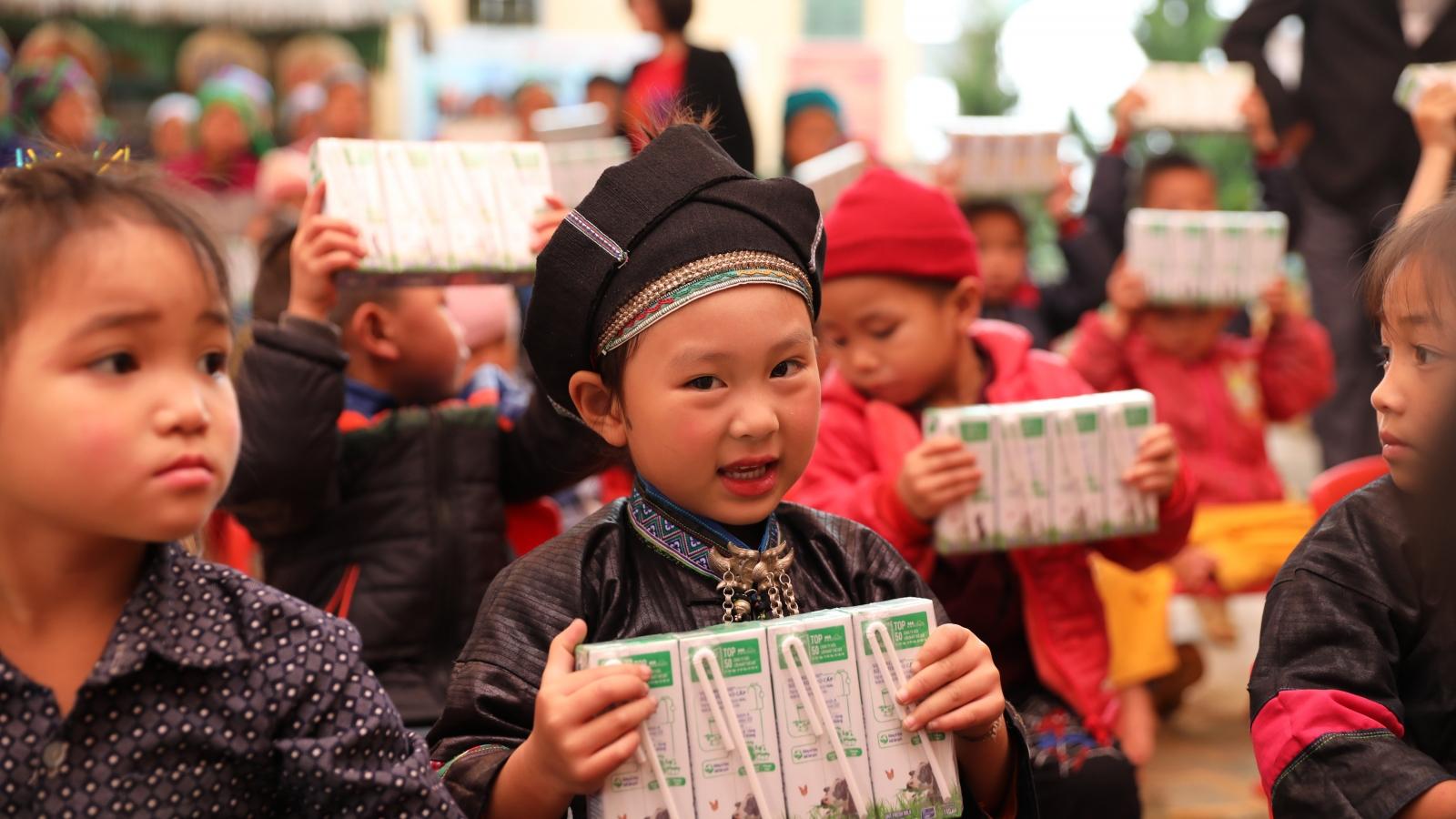 Vinamilk và Quỹ sữa Vươn cao Việt Nam sẽ trao tặng 1,7 triệu ly sữa cho trẻ em khó khăn