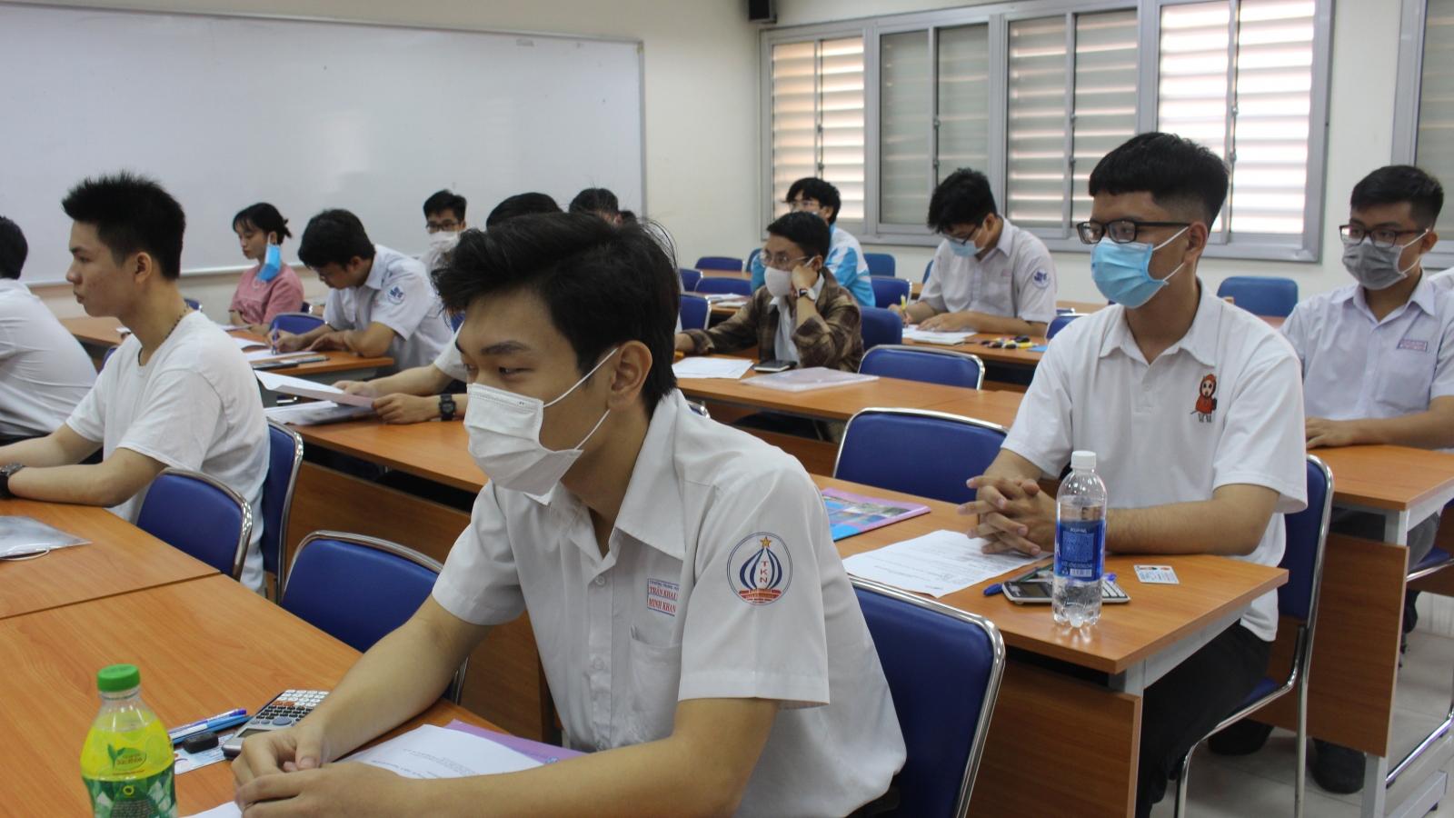 Học sinh cuối cấp ở TP.HCM đến trường trong điều kiện  phòng chống dịch