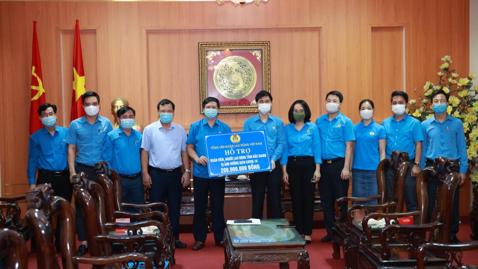Tổng Liên đoàn Lao động Việt Nam tặng quà công nhân tỉnh Bắc Ninh và Bắc Giang