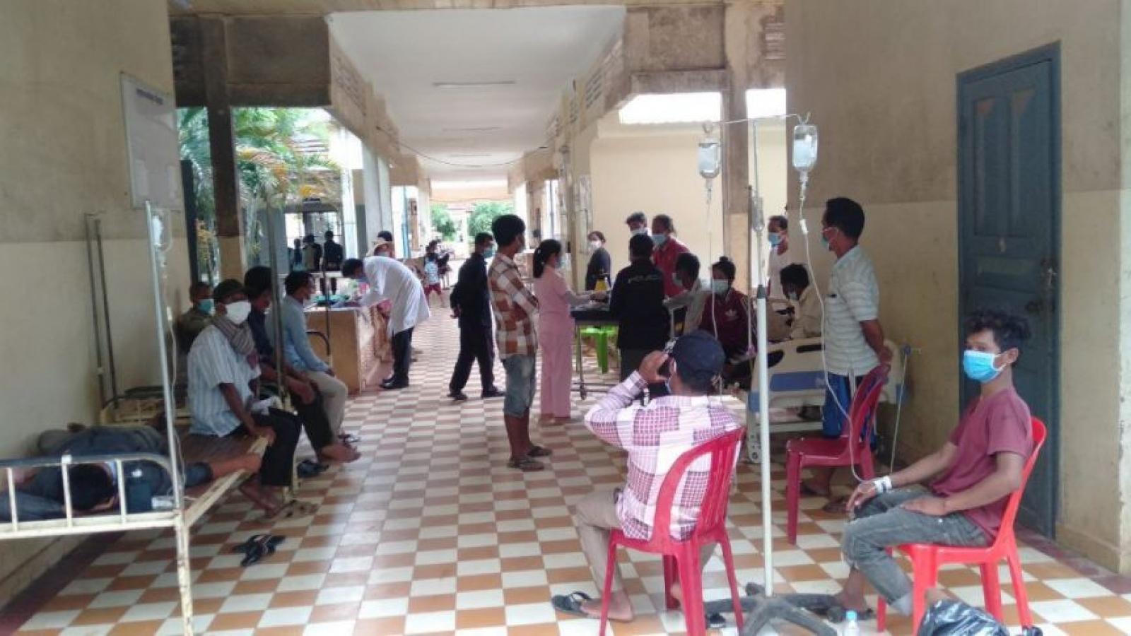 9 người chết và hơn 30 người nhập viện cấp cứu khi uống rượu trong đám tang tại Campuchia