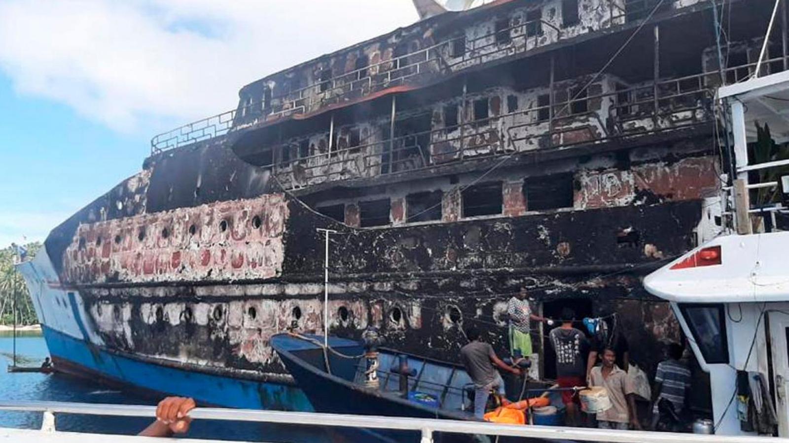 Indonesia: Tàu chở 200 người bất ngờ bốc cháy, hành khách nhảy xuống biển thoát thân