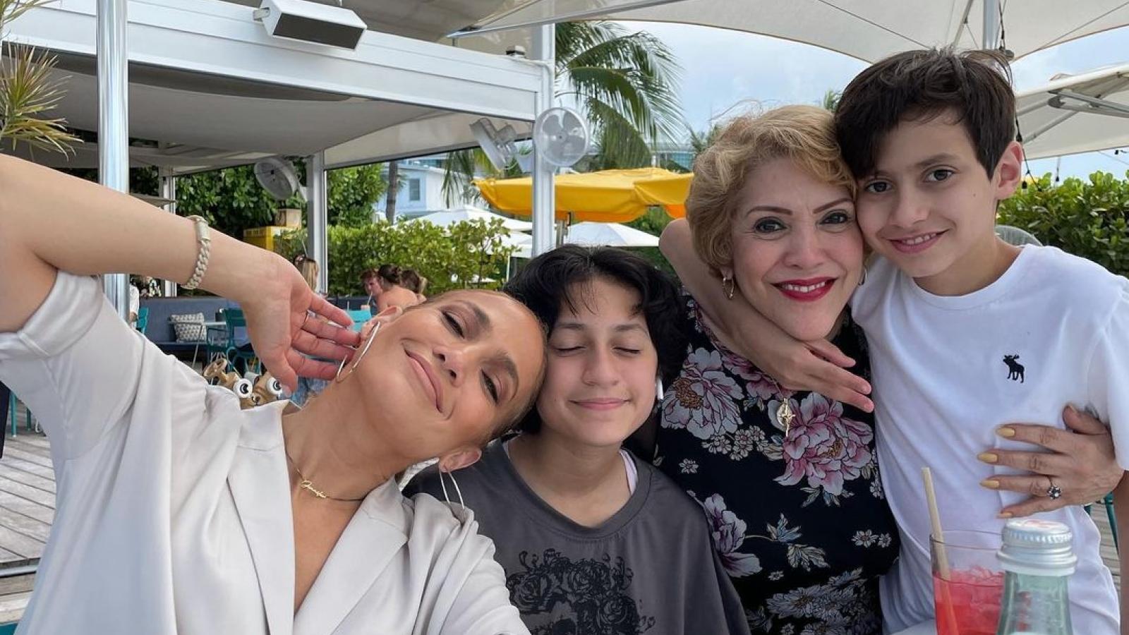 Jennifer Lopez hạnh phúc bên gia đình trong Ngày của Mẹ