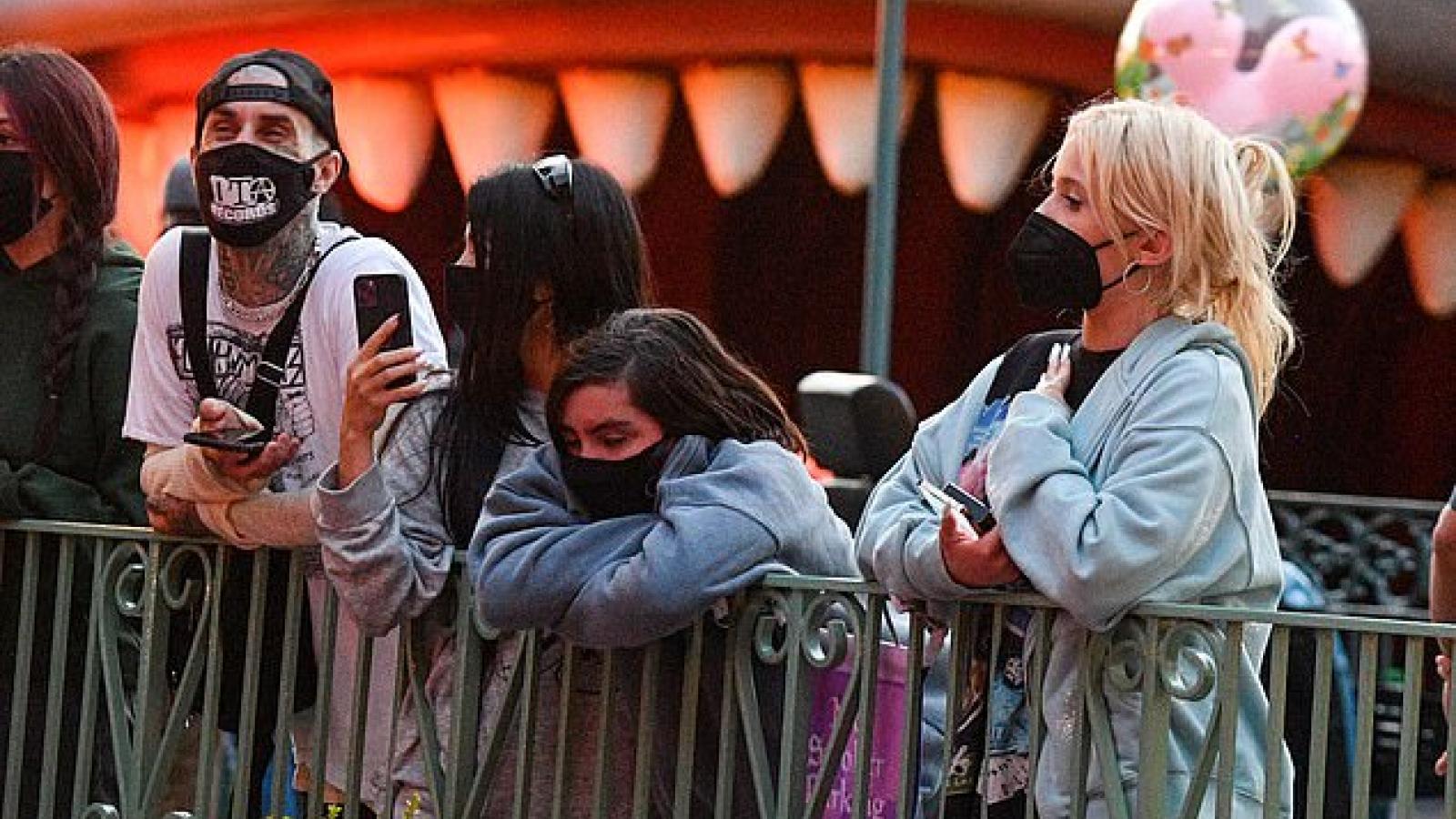 Kourtney Kardashian cùng tình trẻ vui vẻ đưa các con đi chơi