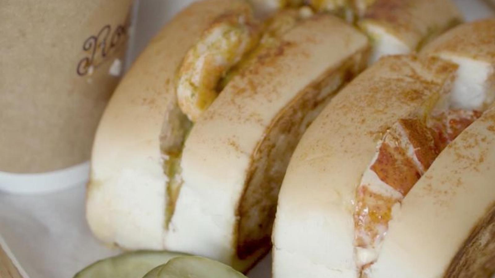 Video: Bánh kẹp tôm hùm Canada lạ miệng, bán gần trăm chiếc mỗi ngày