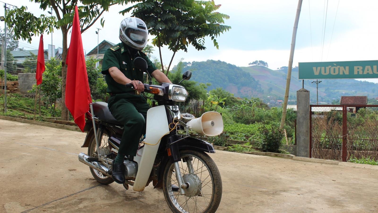 Bộ đội Biên phòng vượt núi, băng rừng tuyên truyền bầu cử