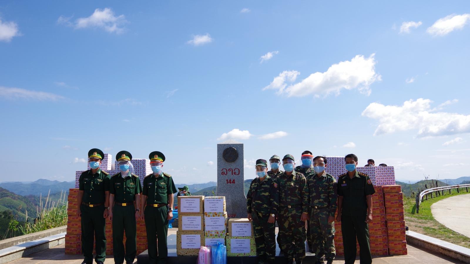 Điện Biên tặng vật tư y tế phòng, chống dịch Covid-19 cho lực lượng bảo vệ biên giới Lào