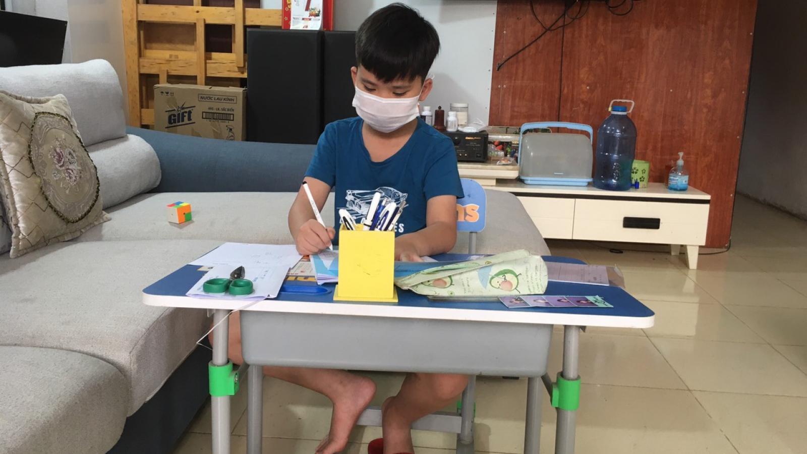 Giáo viên ở Lào Cai đến tận nhà học sinh phát đề, giám sát làm bài thi