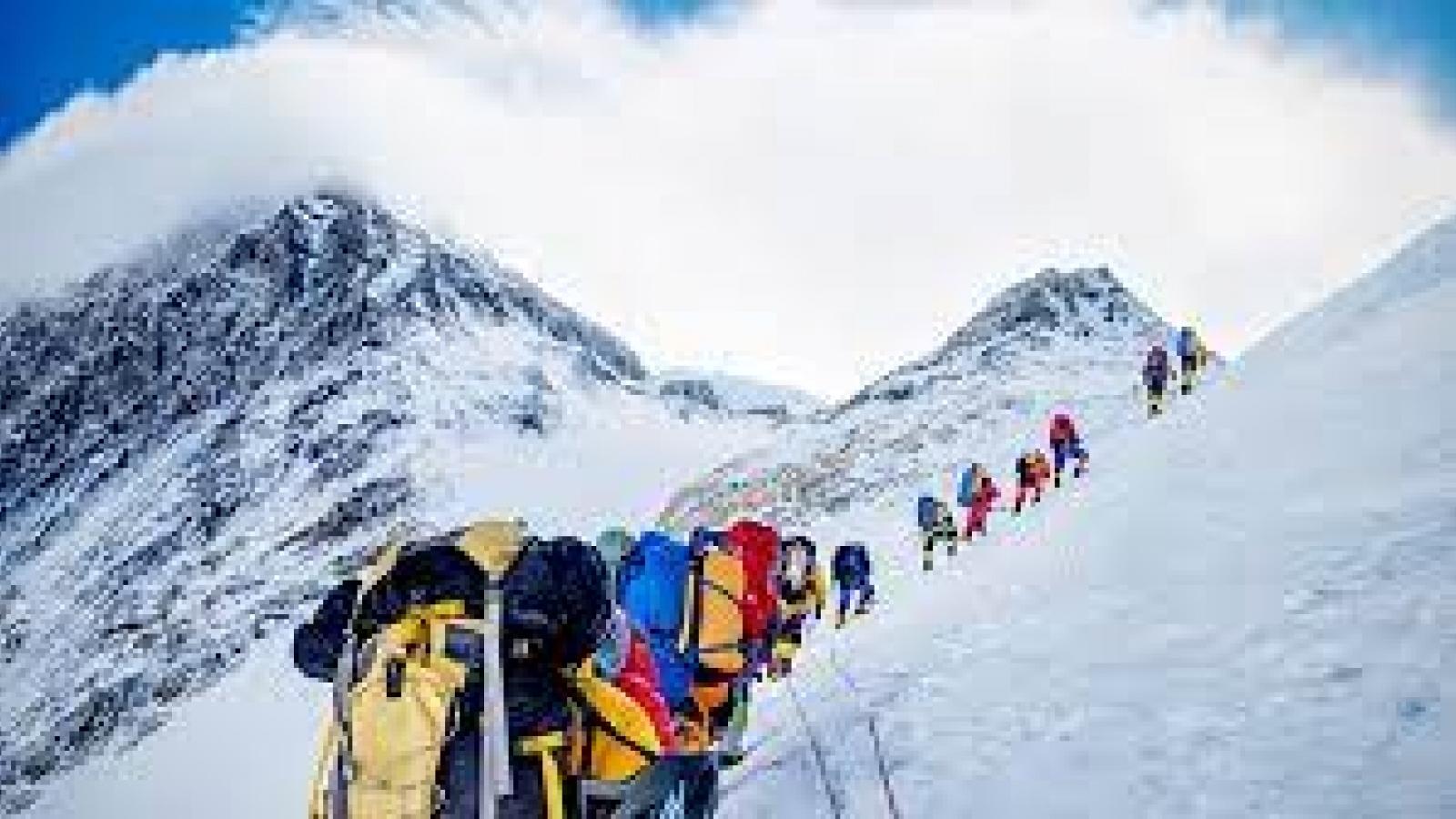 Trung Quốc dừng hoạt động leo núi trên đỉnh Everest vì Covid-19