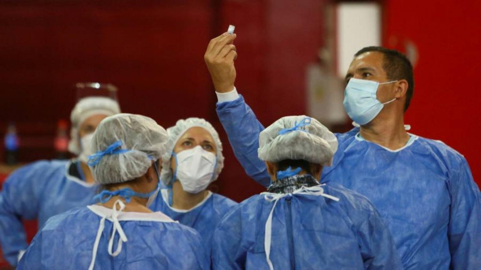 Mỹ chậm chân nên thua xa Nga và Trung Quốc trong ngoại giao vaccine