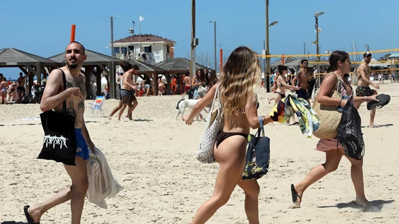 Video: Người dân Israel chạy khỏi bờ biển khi còi báo động rocket vang lên