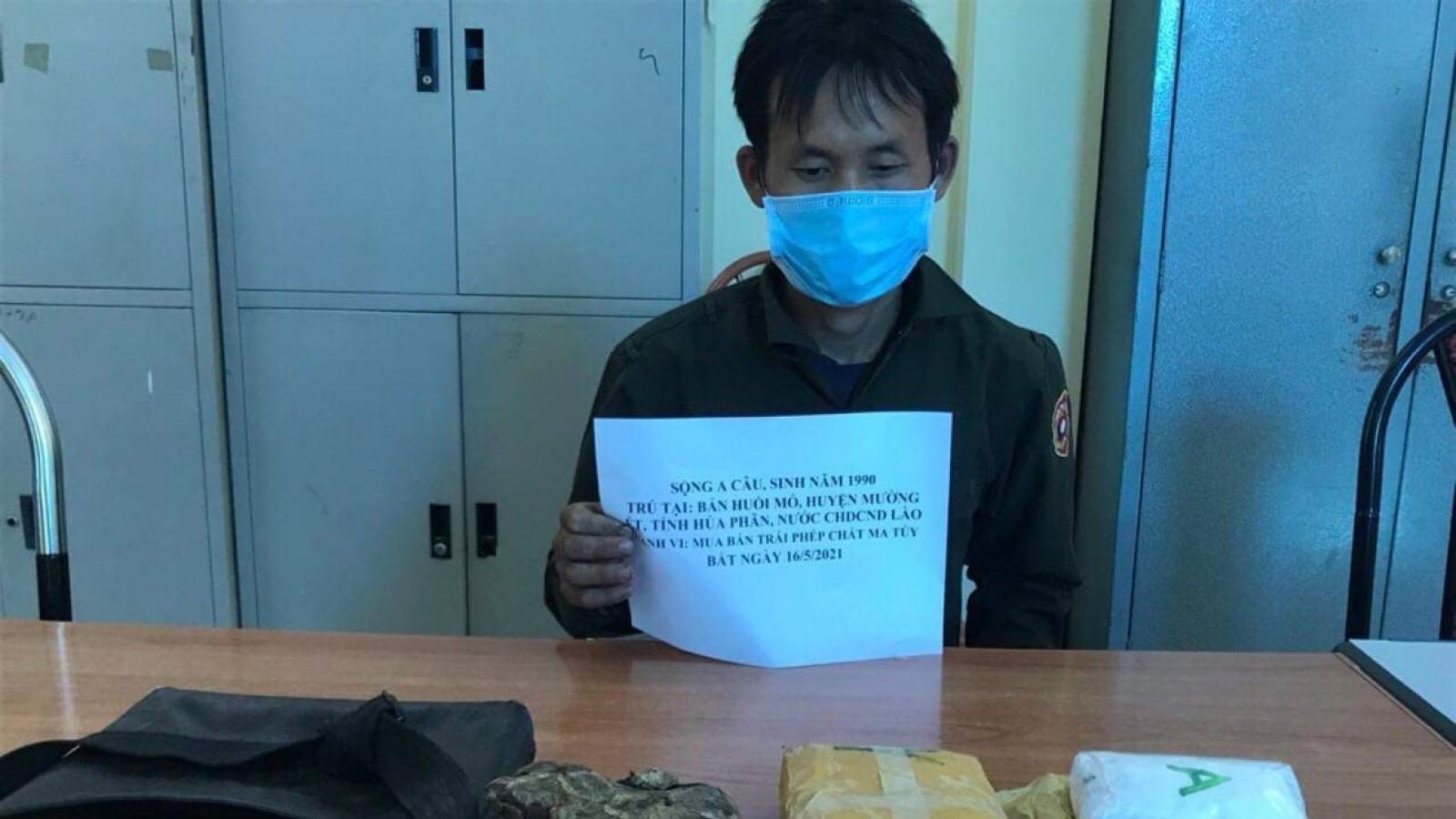 Đối tượng người Lào mang theo súngsang Việt Nam tiêu thụ ma túy