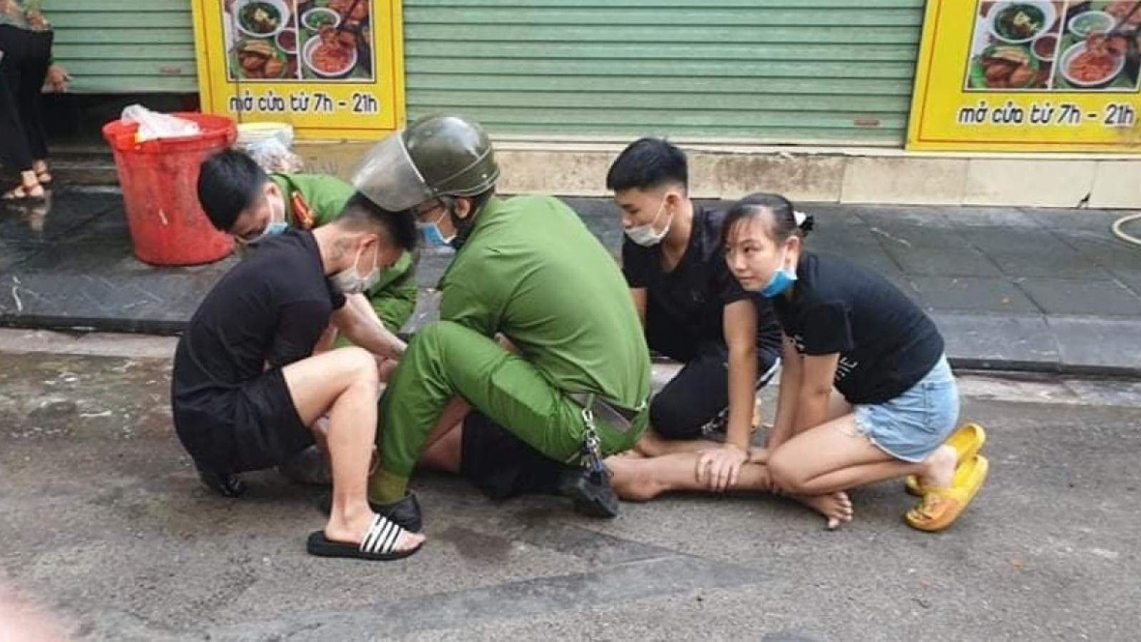 Nóng 24h: Khống chế nam thanh niên chặn ô tô xin tiền, dọa giết người đi đường