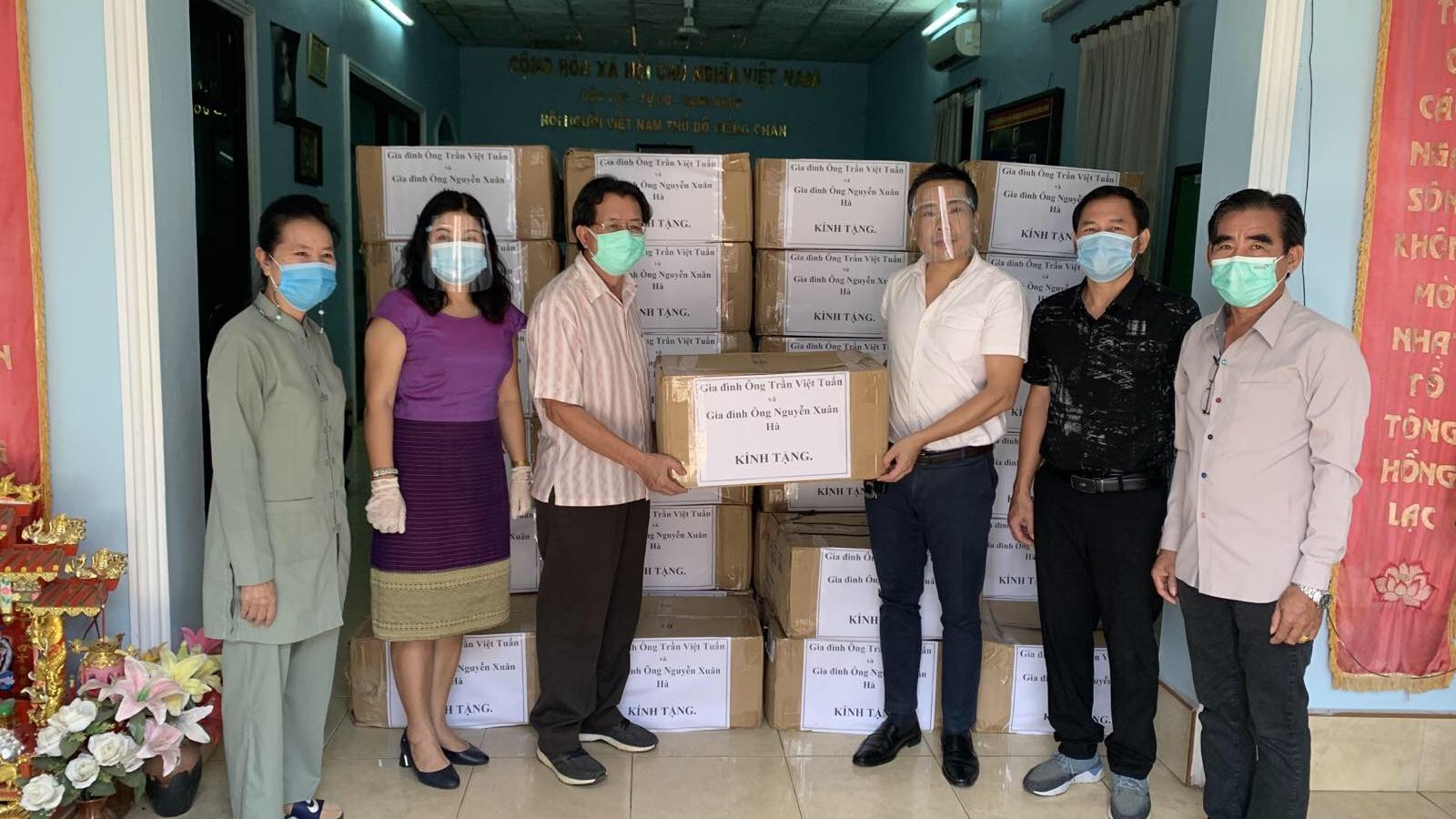 Tặng khẩu trang cho cộng đồng người Việt tạithủ đô Vientiane (Lào)