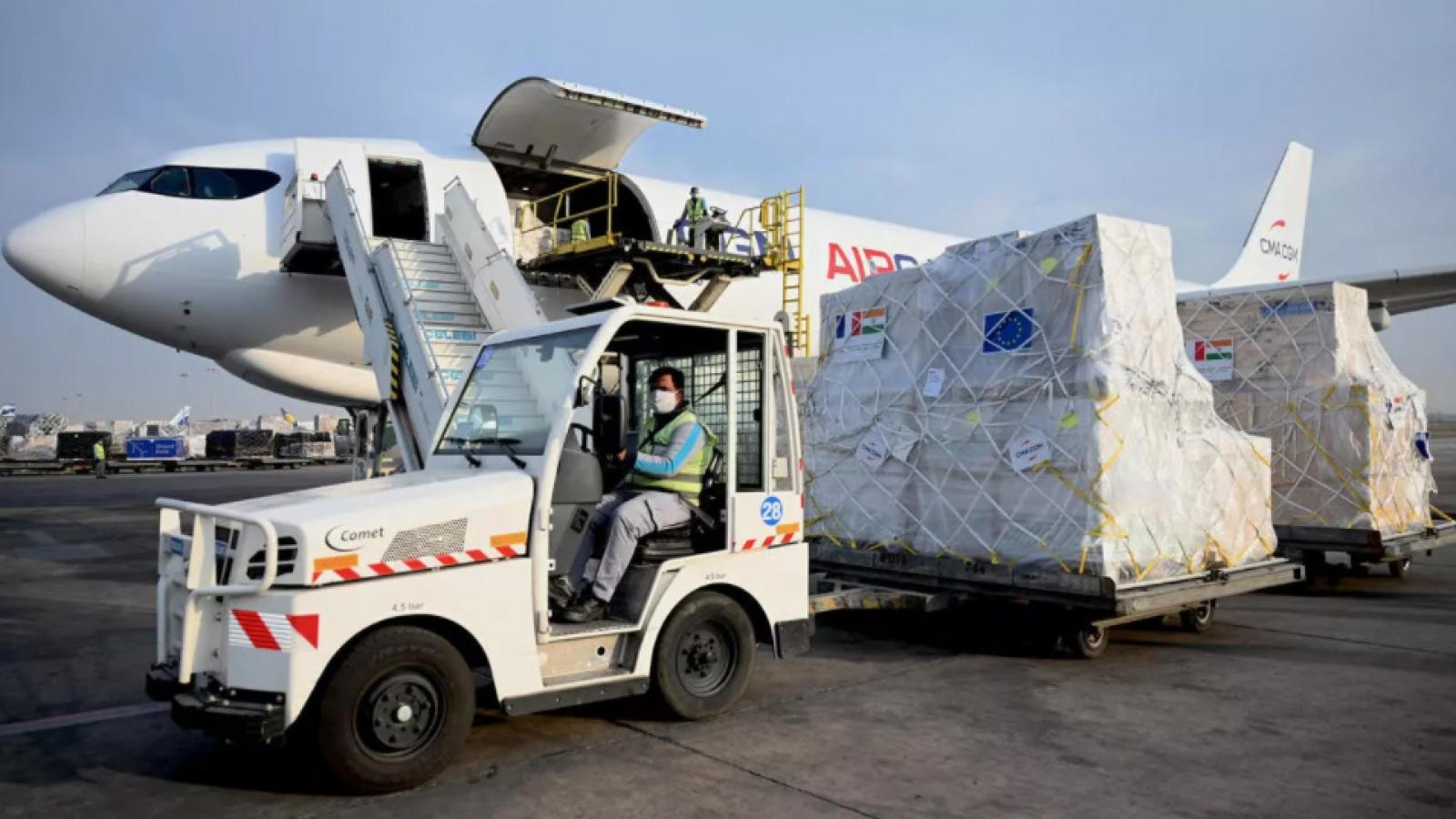 Châu Âu tăng tốc vận chuyển vật tư y tế trợ giúp Ấn Độ