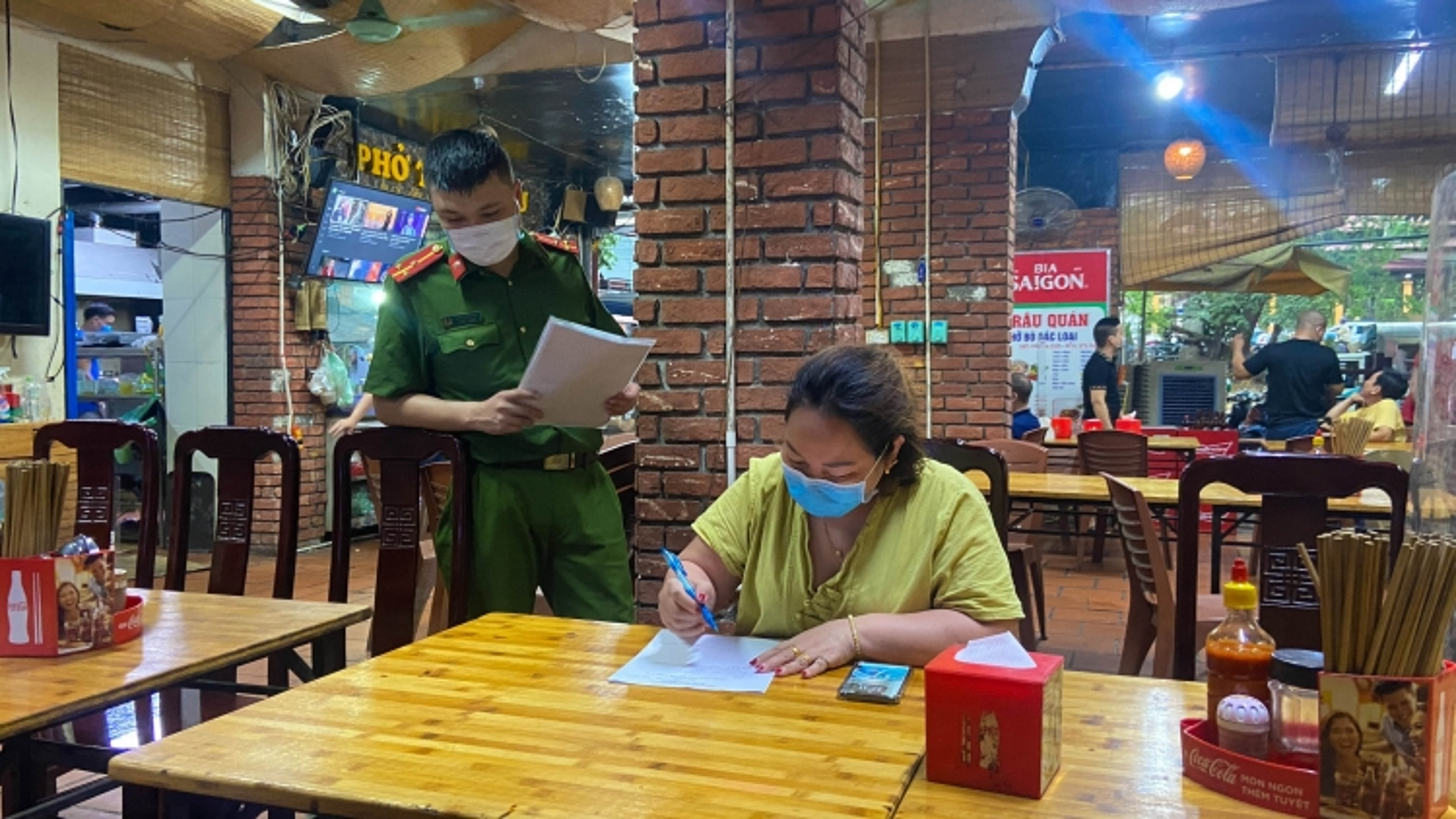 Các quán bia ở Hà Nội tuân thủ quy định phòng dịch Covid-19