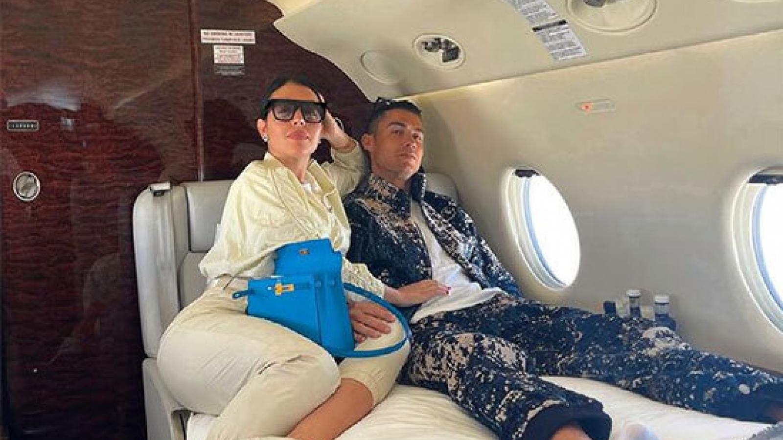 Bạn gái khoe khoảnh khắc tình tứ bên C.Ronaldo trên máy bay riêng