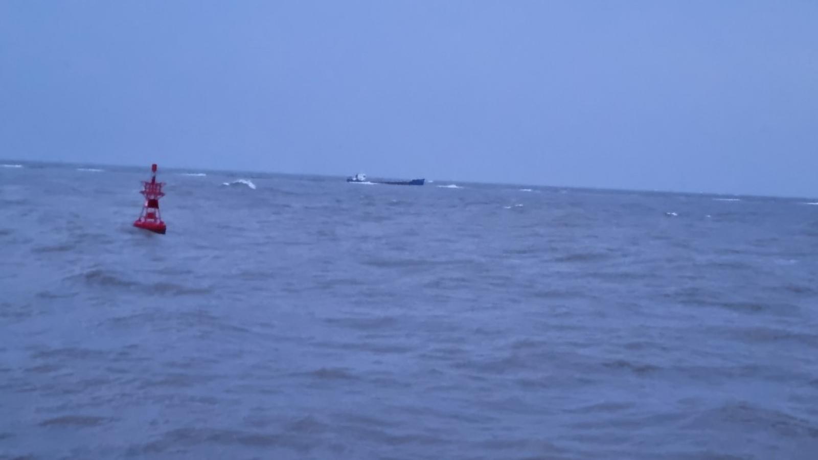 Cứu 9 thuyền viên trên tàu chở than va vào đá ngầm gần phao số 0