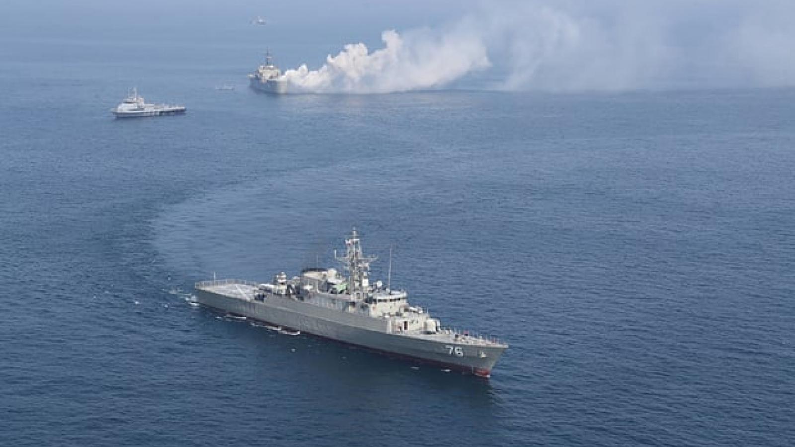 Tàu Mỹ bắn 30 phát súng cảnh cáo khi bị tàu Iran áp sát