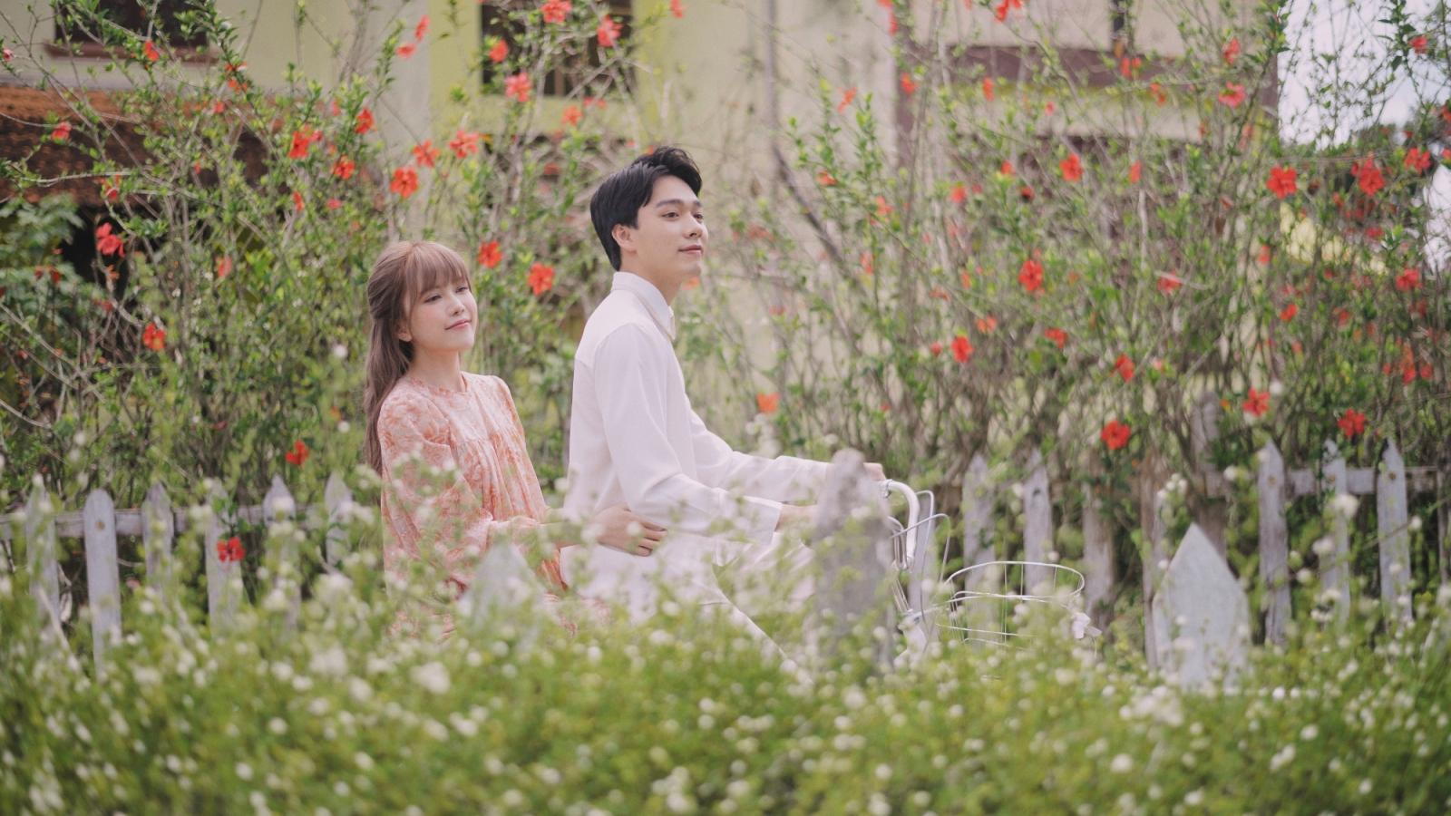 """Thiều Bảo Trâm hát nhạc tỏ tình, bám đuôi trai đẹp trong MV """"Love Rosie"""""""
