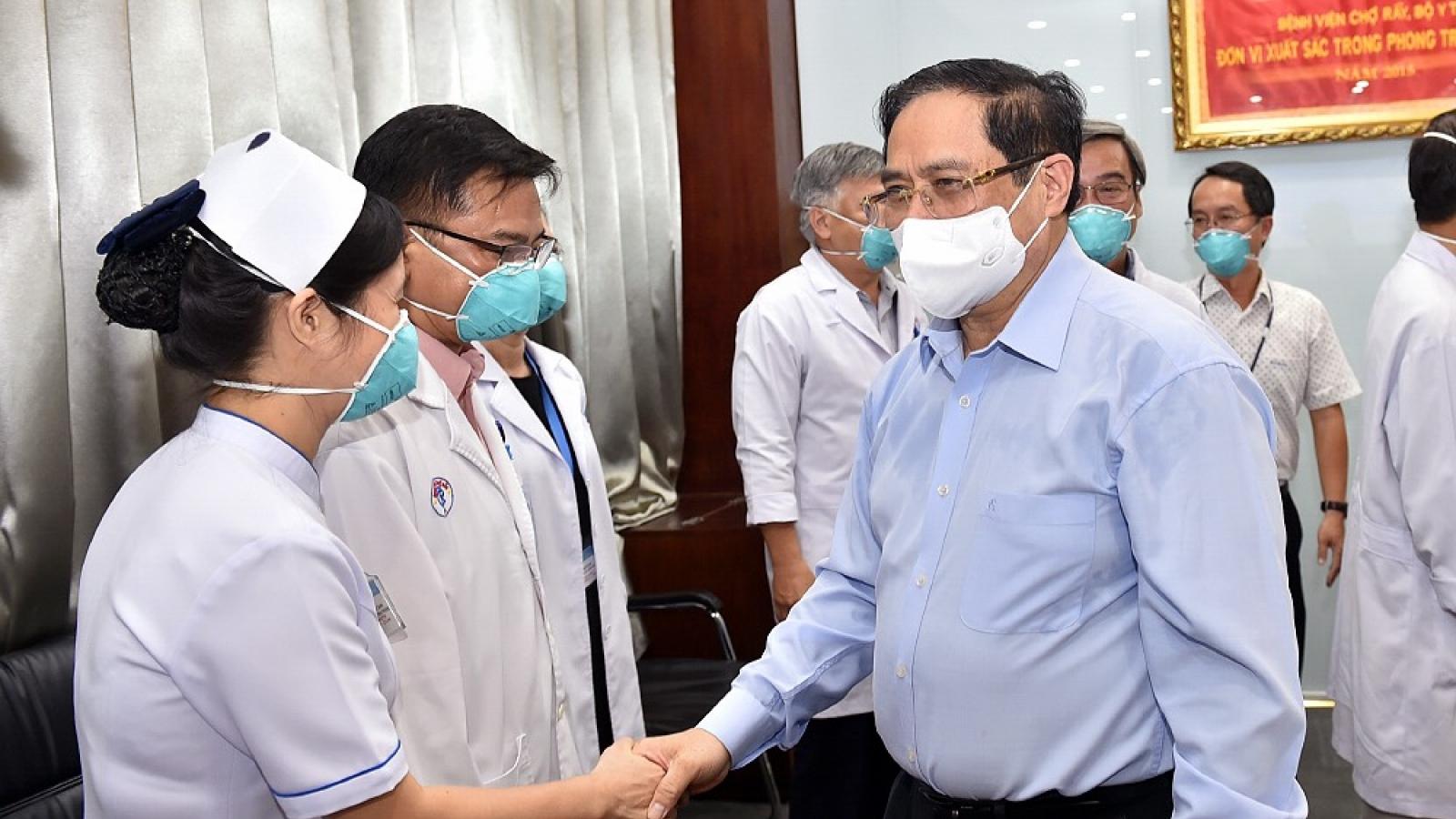 Thủ tướng: Đội ngũ y bác sĩ đã thể hiện cao độ lòng yêu nước, tinh thần trách nhiệm