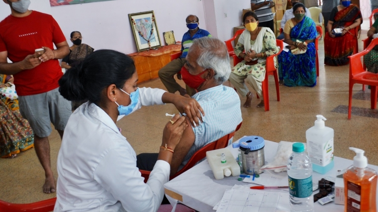 Ấn Độ tiêm vaccine cho người trên 18 tuổi khi số ca Covid mới vượt mốc 400.000 người/ngày